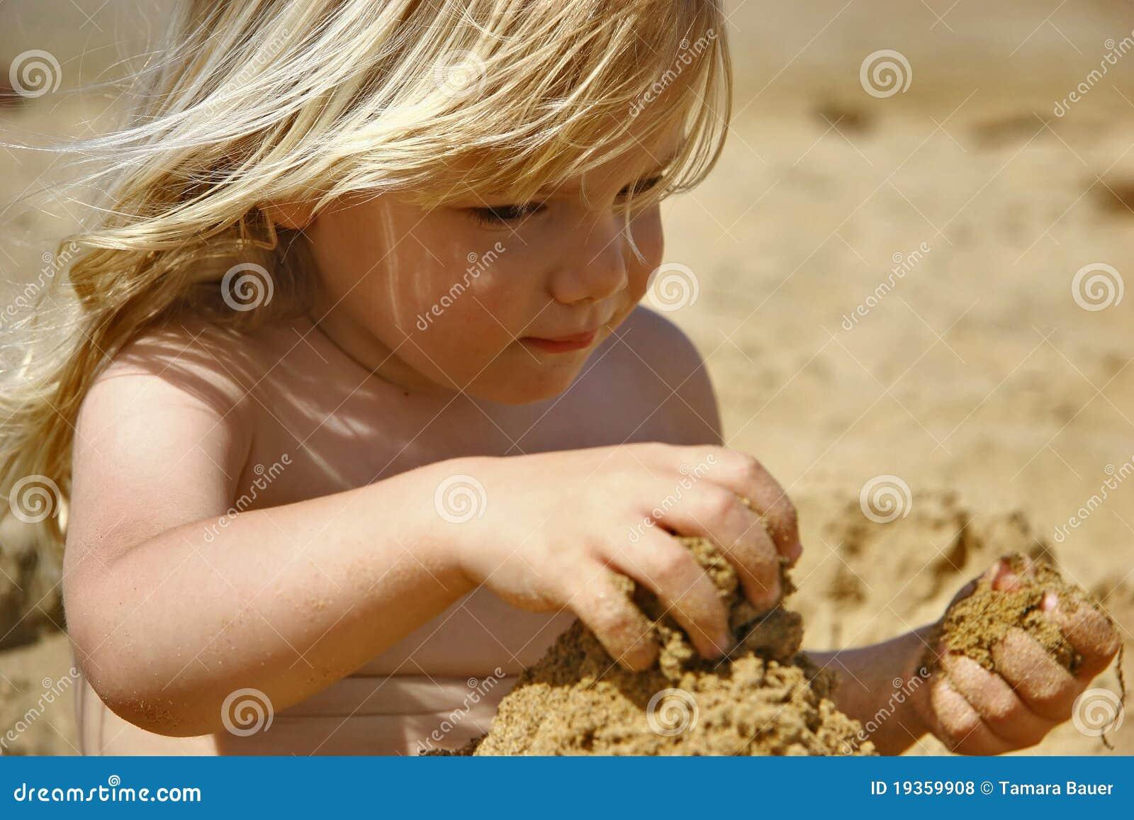 Leka sand för unge