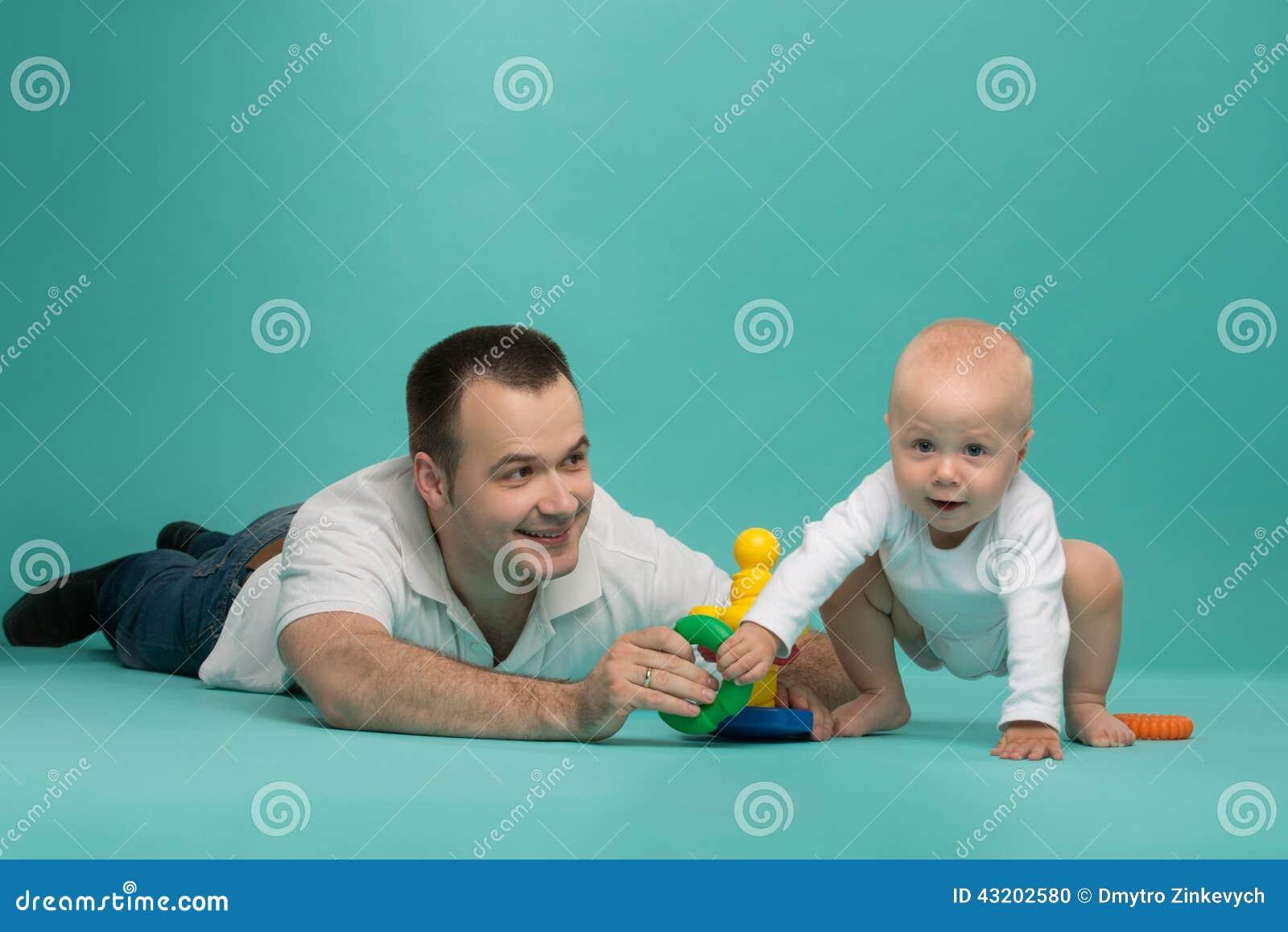 Download Leka son för fader arkivfoto. Bild av gladlynt, isolerat - 43202580