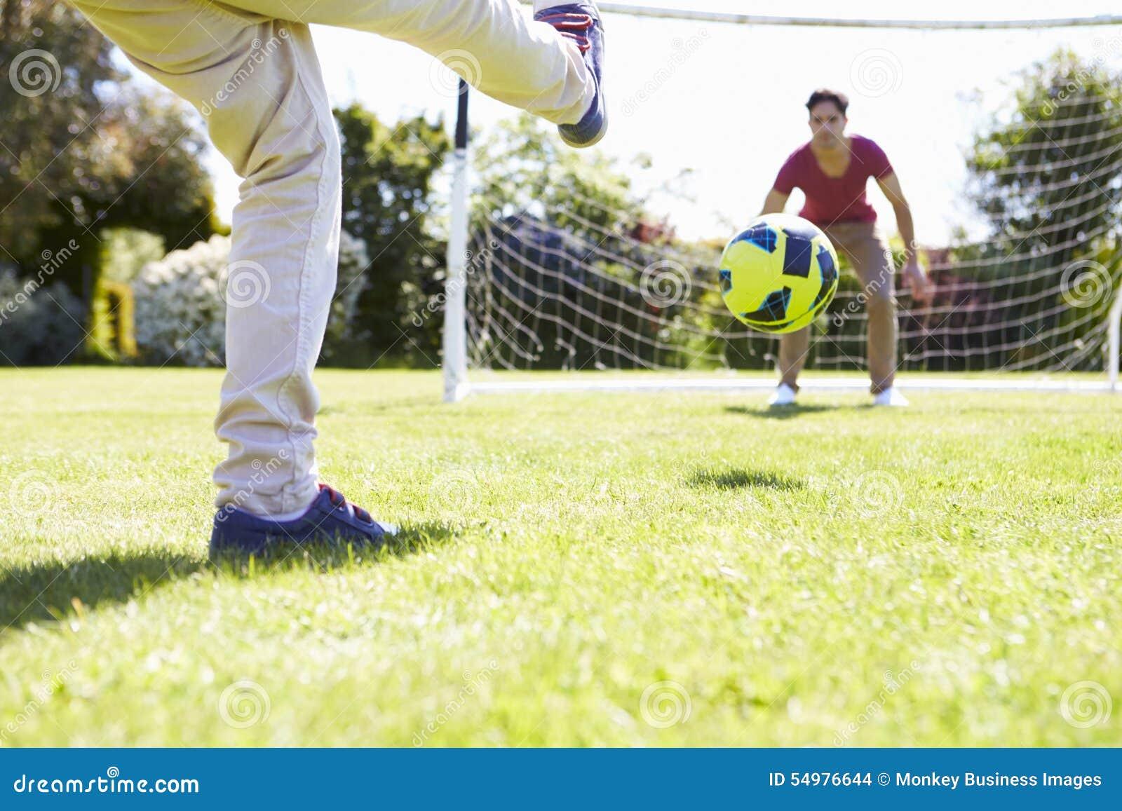 Leka son för faderfotboll tillsammans