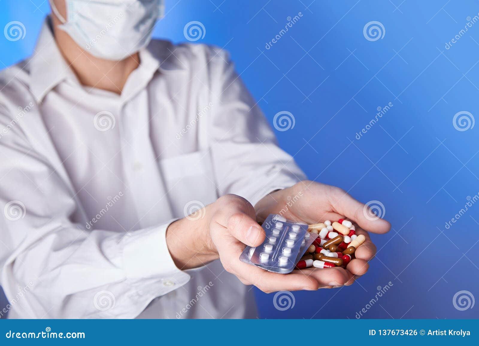Lekarek chwyt barwić pigułki i paczka różna pastylka pokrywają pęcherzami w rękach Panaceum, życie oprócz usługi, przepisuje medi