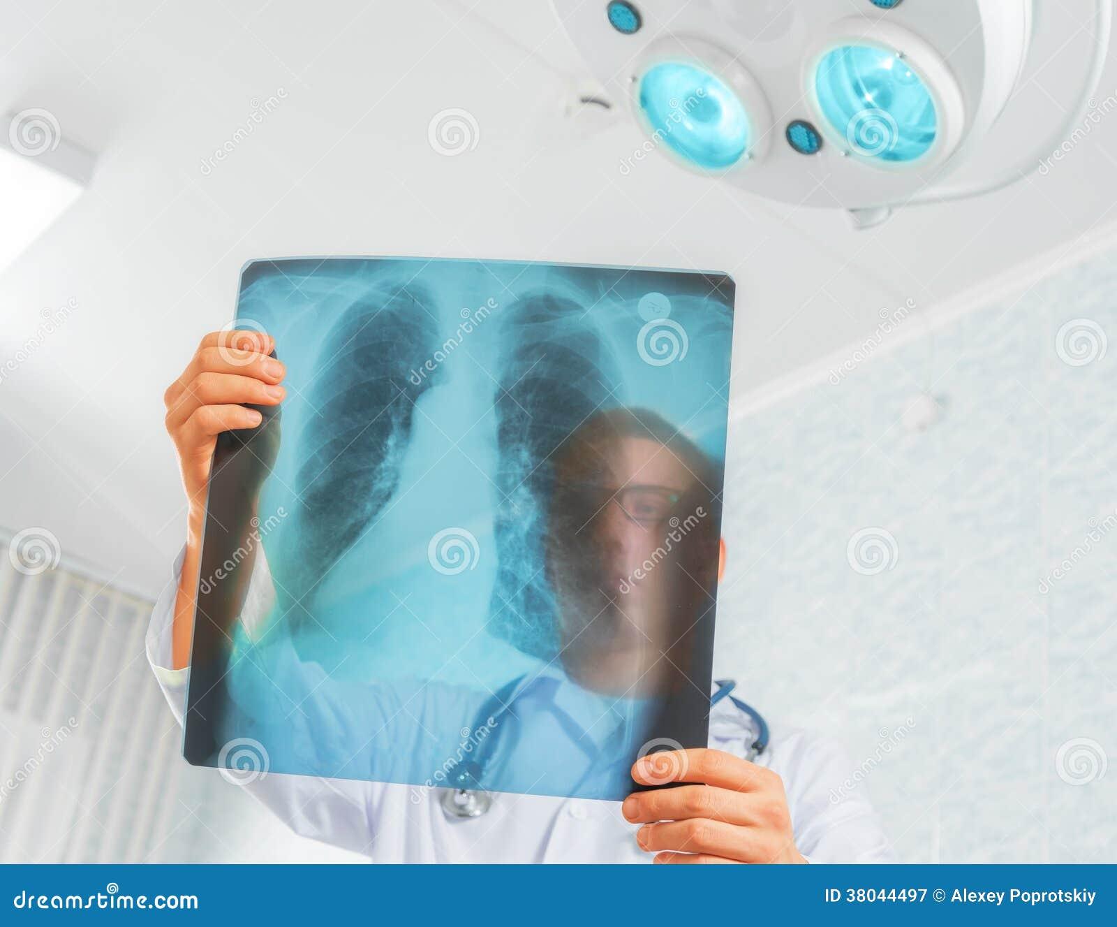 Lekarek spojrzenia przy promieniowanie rentgenowskie wizerunkiem