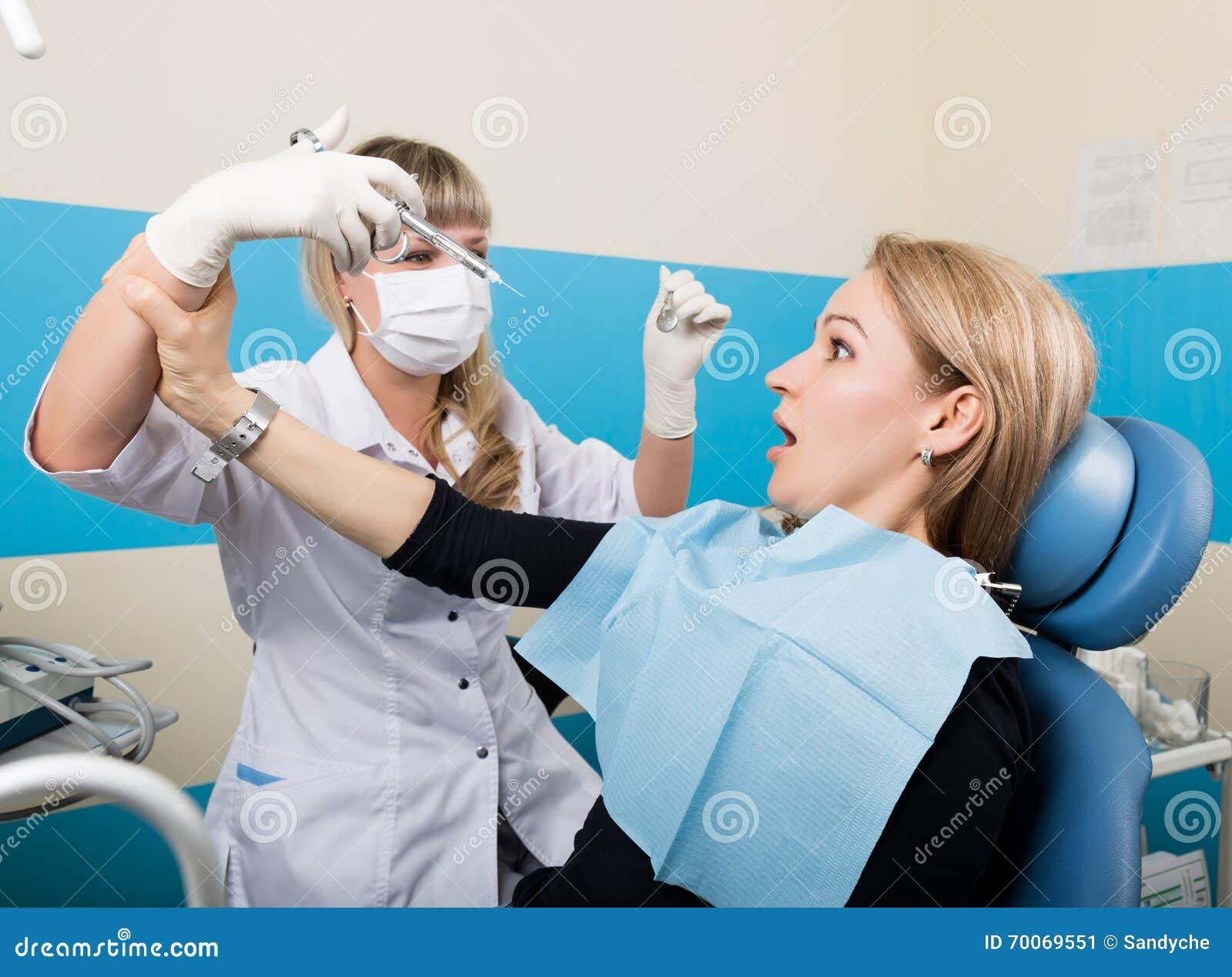 Lekarka egzamininuje oralnego zagłębienie na zębu gniciu Próchnicy ochrona Zębu gnicia traktowanie Lekarka stawia zastrzyka