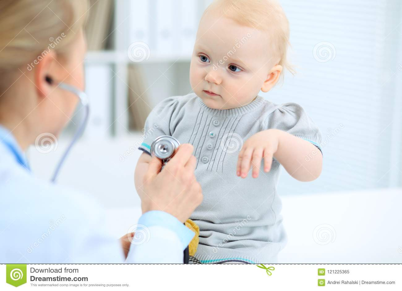 Lekarka i pacjent w szpitalu Mała dziewczynka ono egzamininuje pediatra z stetoskopem opieki zdrowie medycyna