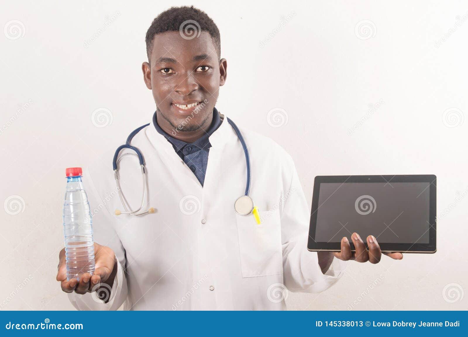Lekarka trzyma świeżej wody rękę w medycznym pojęciu