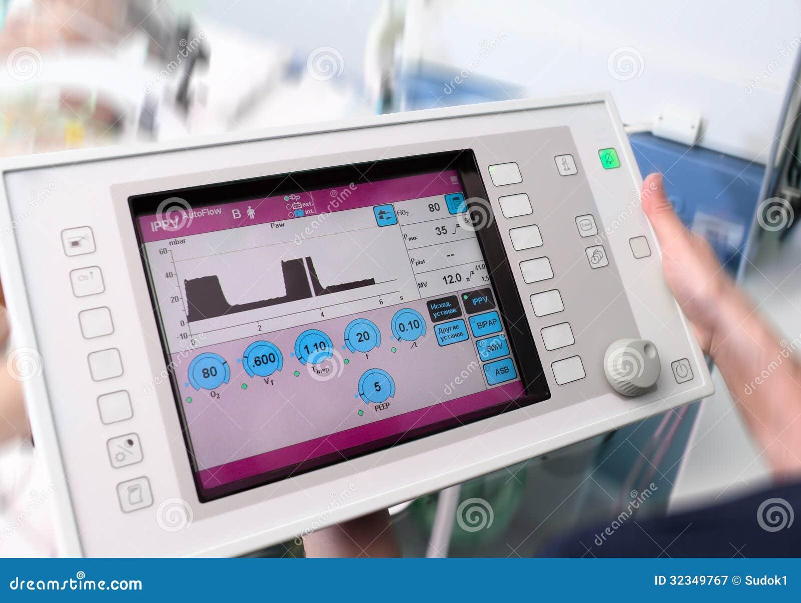 Lekarka utrzymuje ekran sensorowego urządzenie medyczne