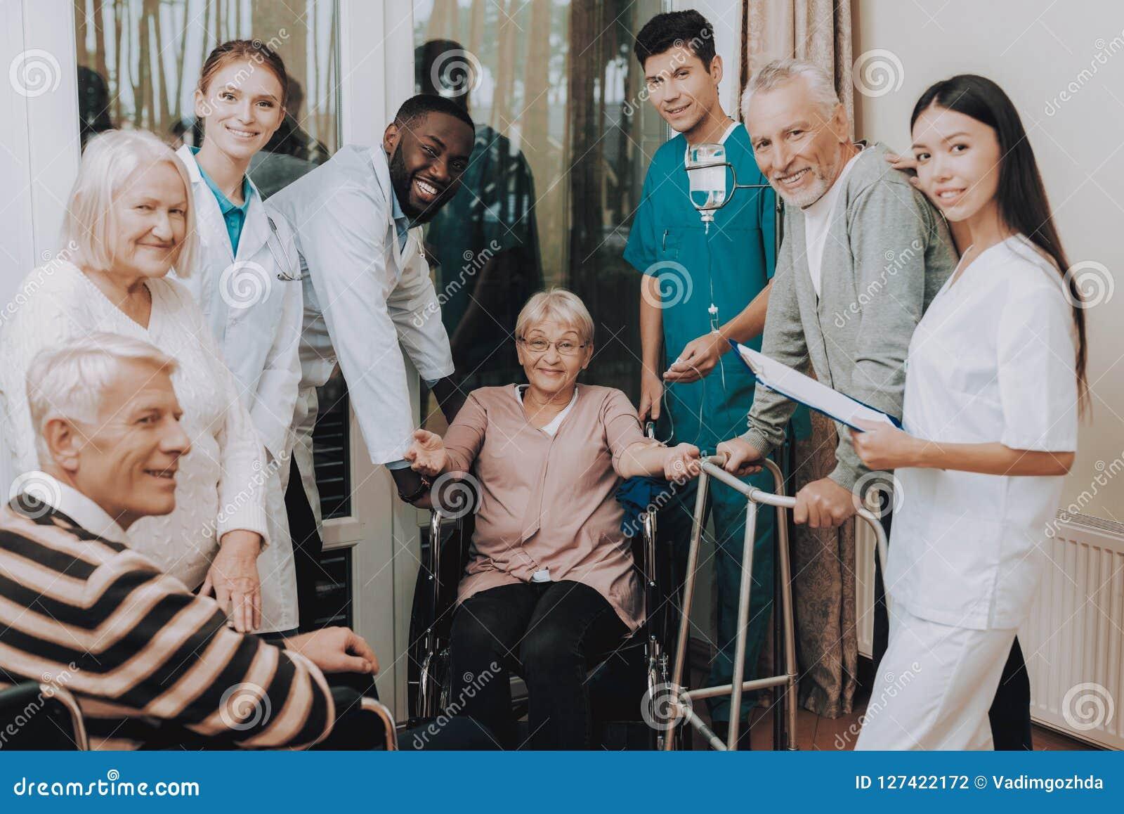 Lekarka w Karmiącym domu Uśmiechnięci pacjenci pielęgnujący