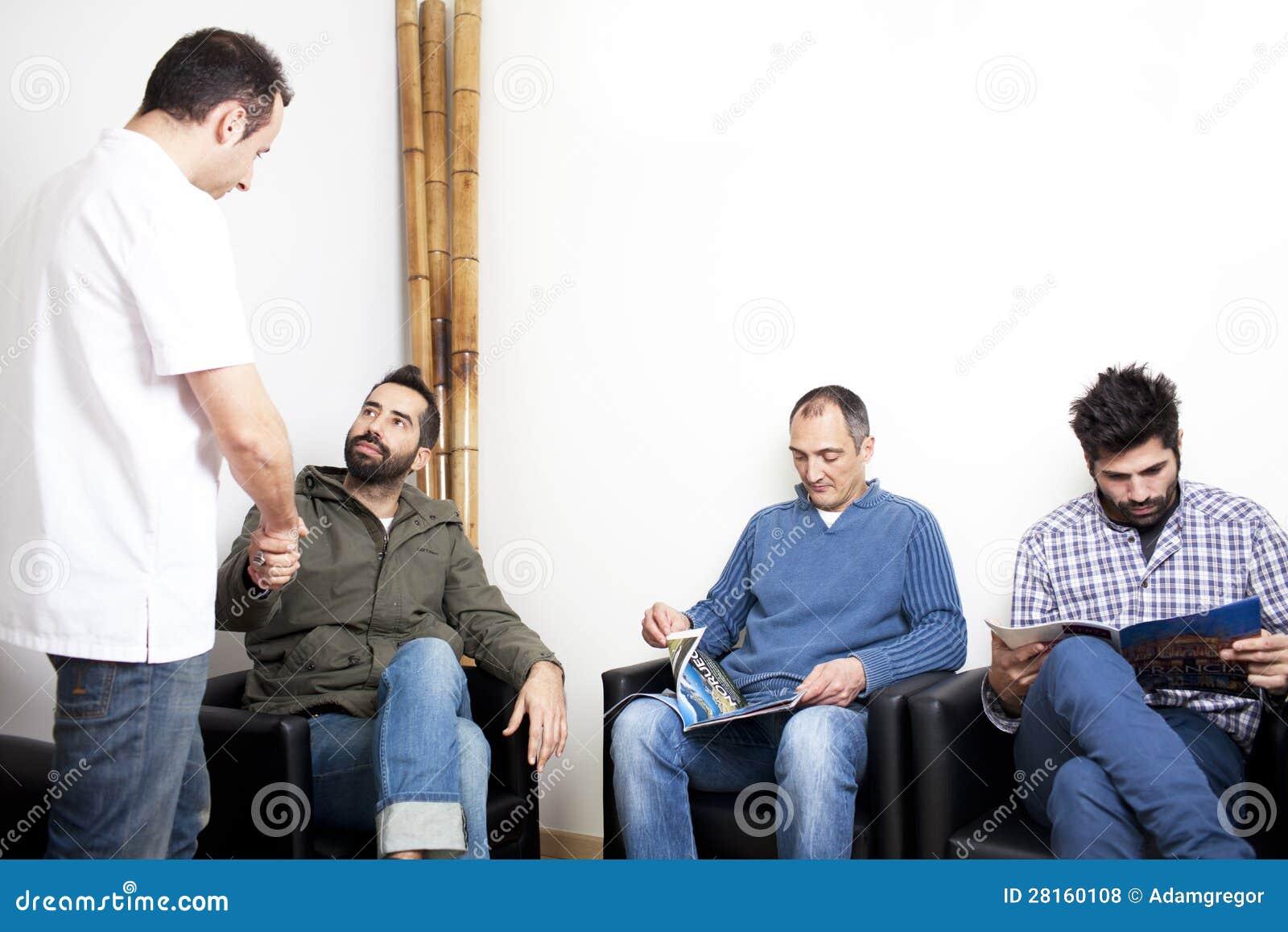 Lekarka z pacjentami w poczekalni
