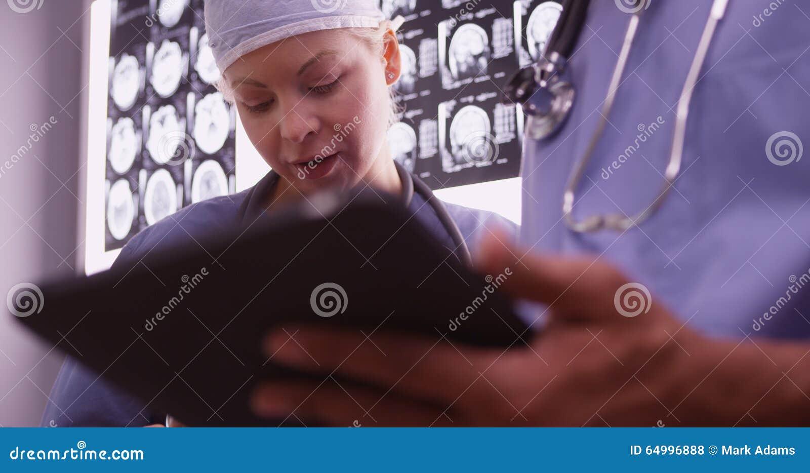 Lekarki używa przyrząda w biurze