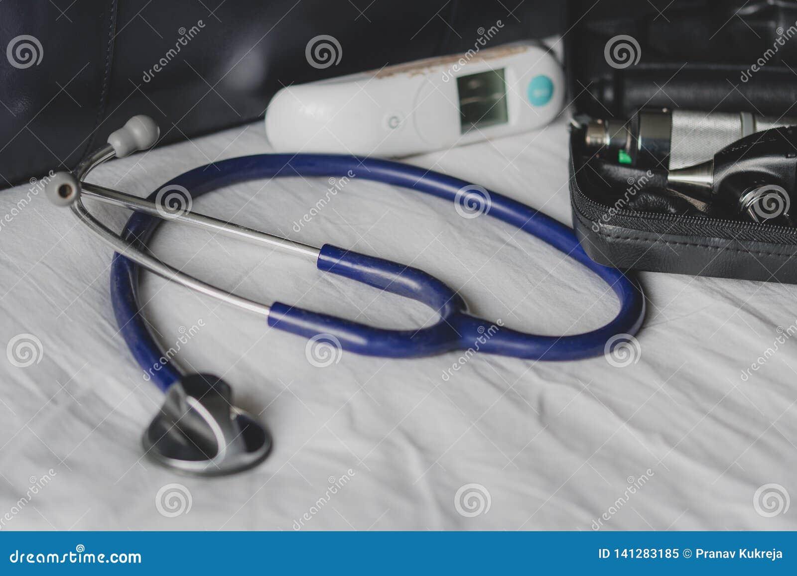 Lekarki zdosą przy kliniką - pokazywać stetoskop, otoskop i termometr,