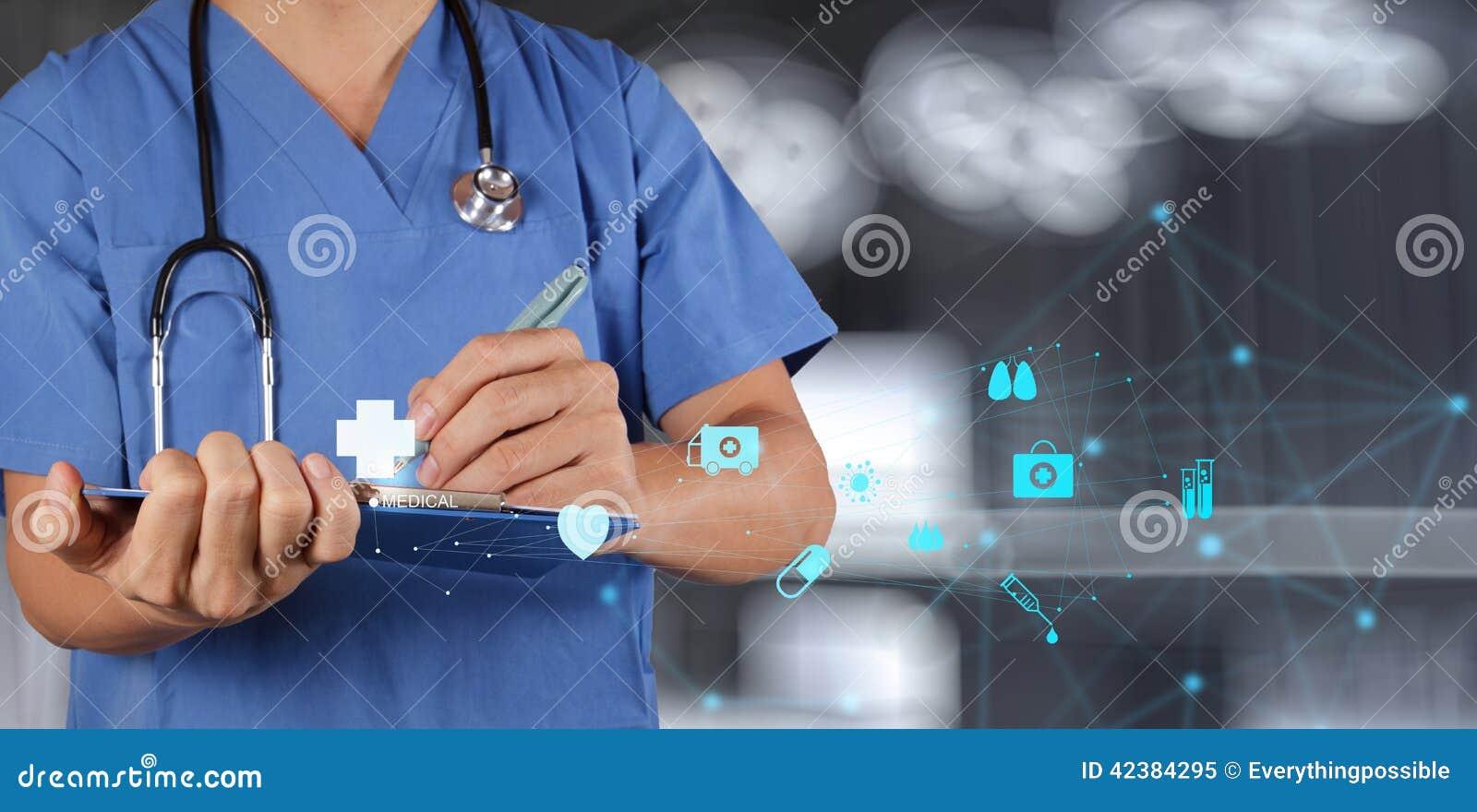 Lekarz Medycyny pracuje z notatki deską