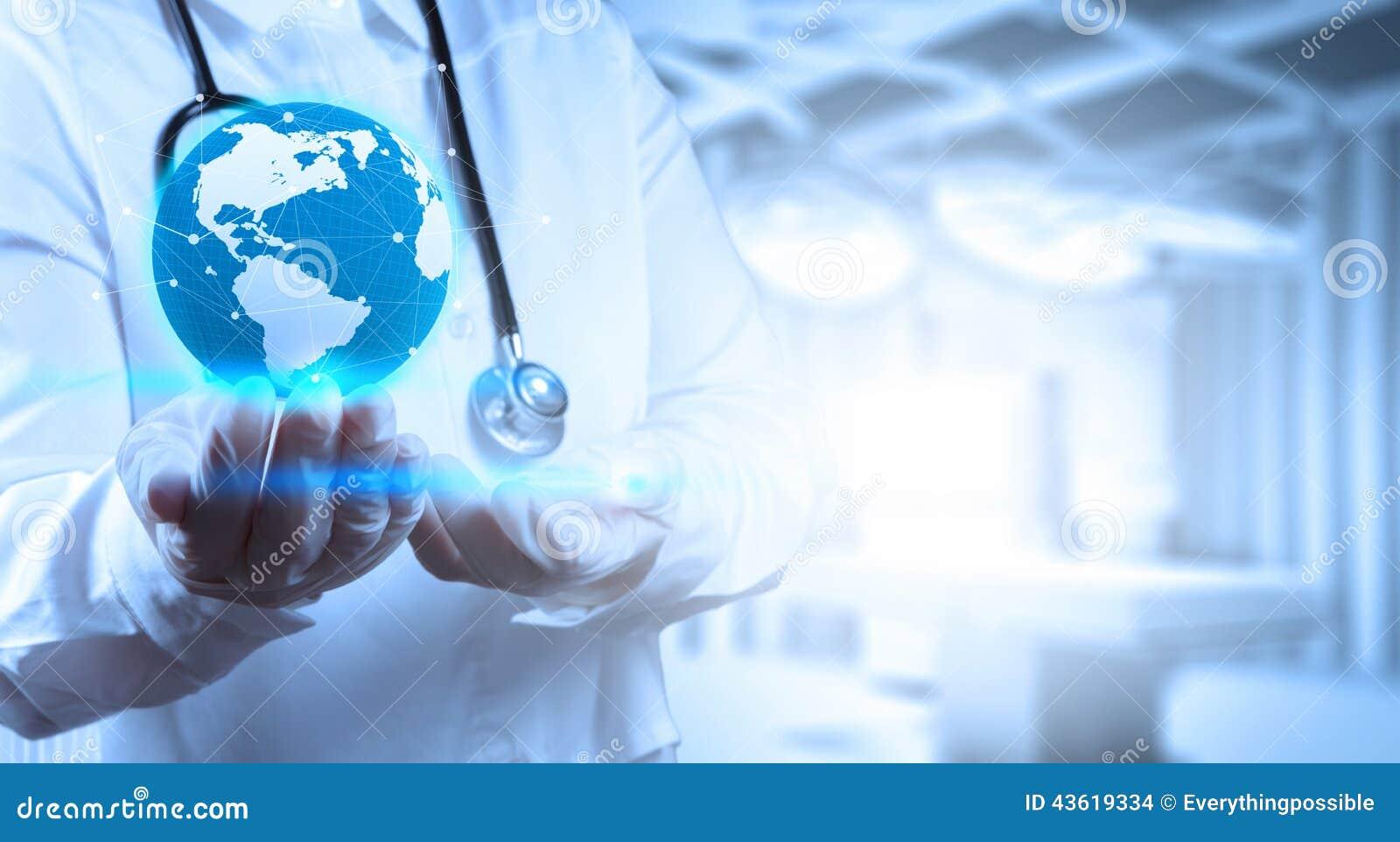 Lekarz Medycyny trzyma światową kulę ziemską w jego ręki