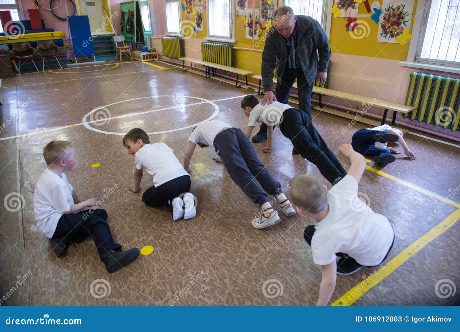 Lekcja fizyczna edukacja dzieci podstawowi stopnie wewnątrz