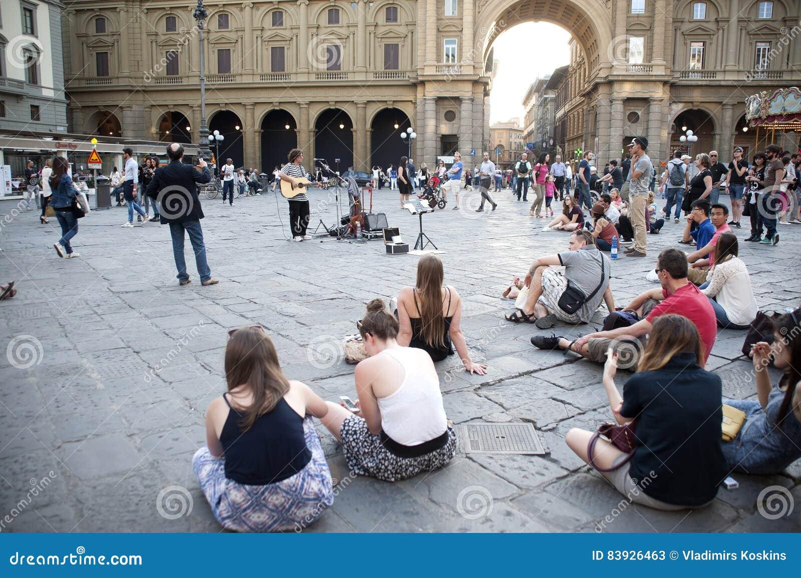 Leken för gitarrist` s på fyrkanten av Florence
