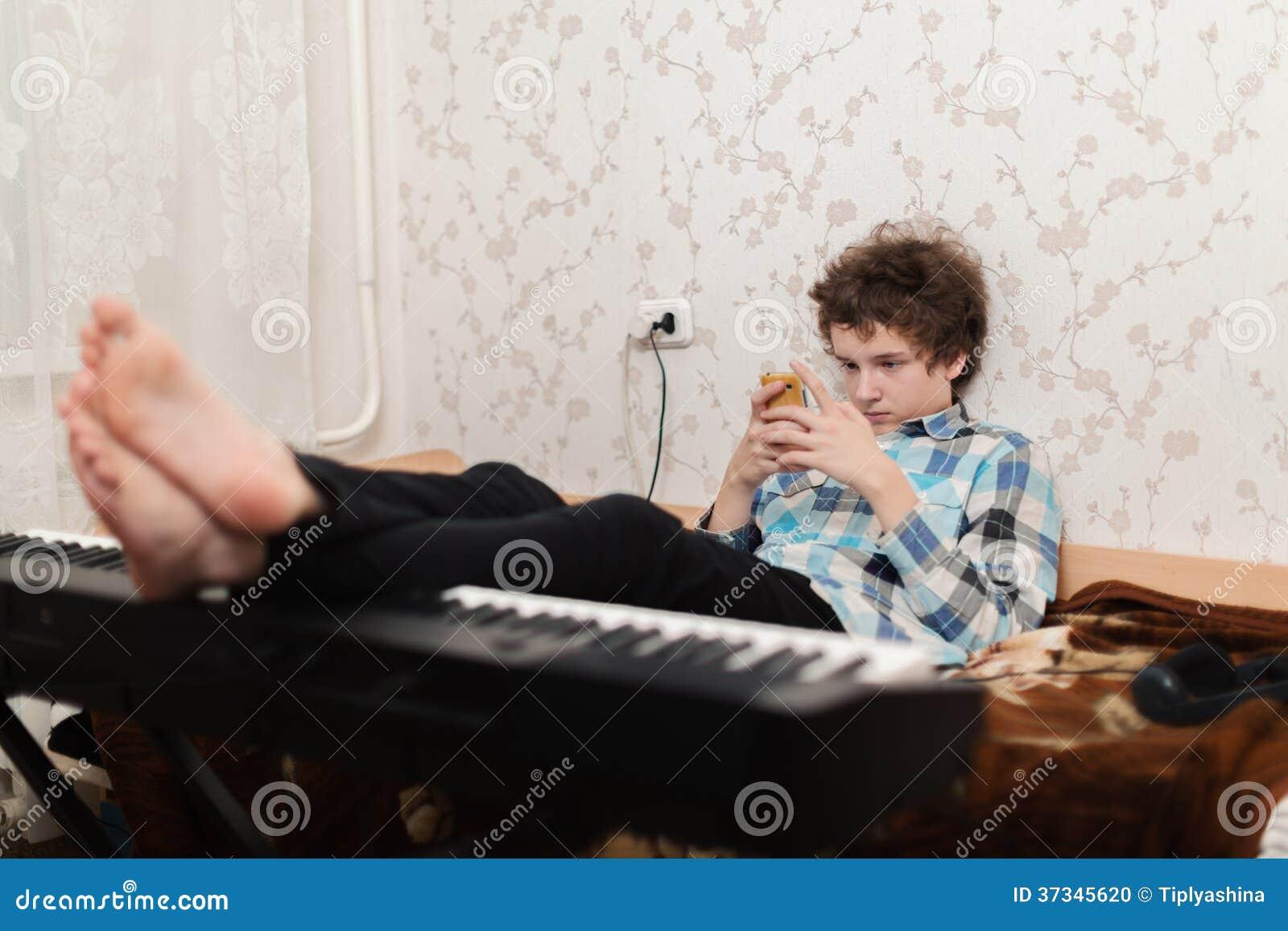 Leken i en mobiltelefon är mer intressant, än på pianot