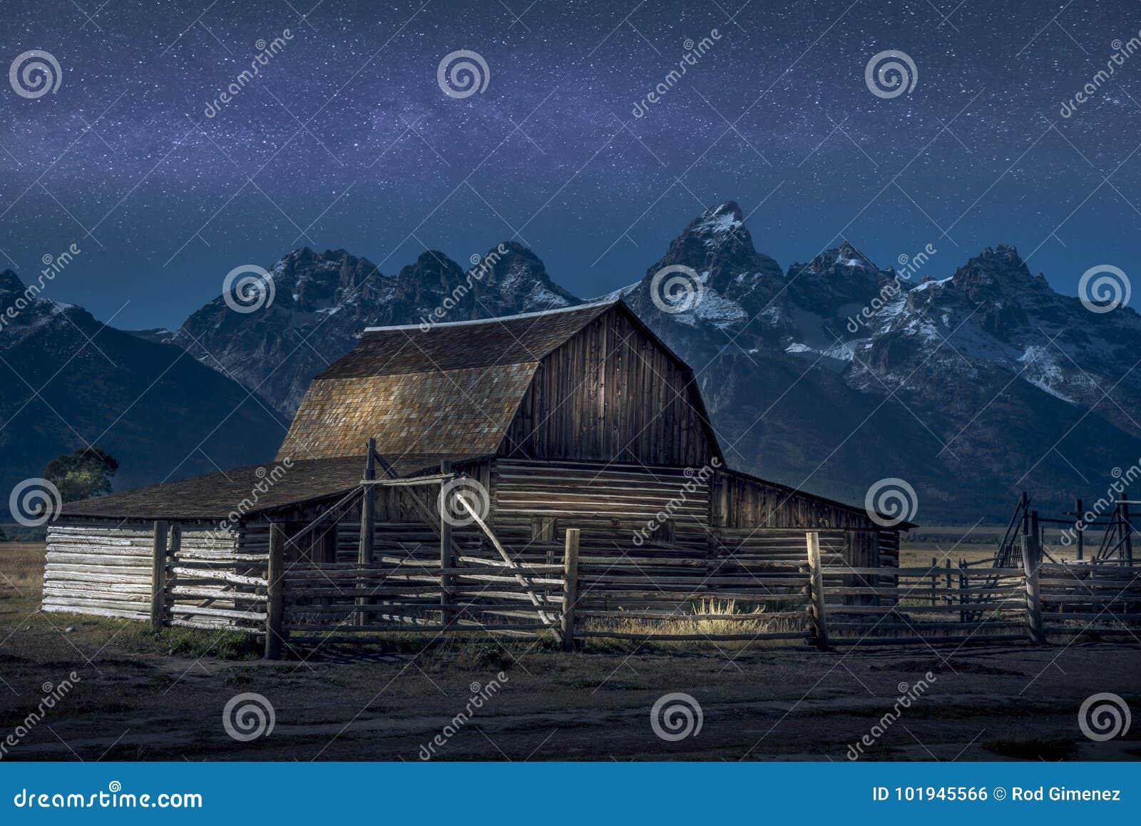 Lekka farba na Thomas Molton stajni, część mormonu rząd na Uroczystym Teton parku narodowym Także z Milky sposobem za nim
