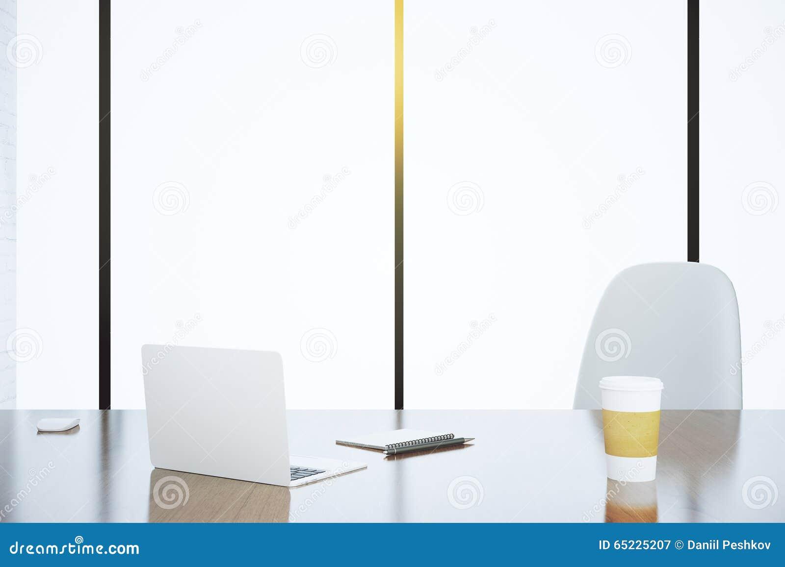 Lekki biuro z laptopem i papierową filiżanką na stole z białym c