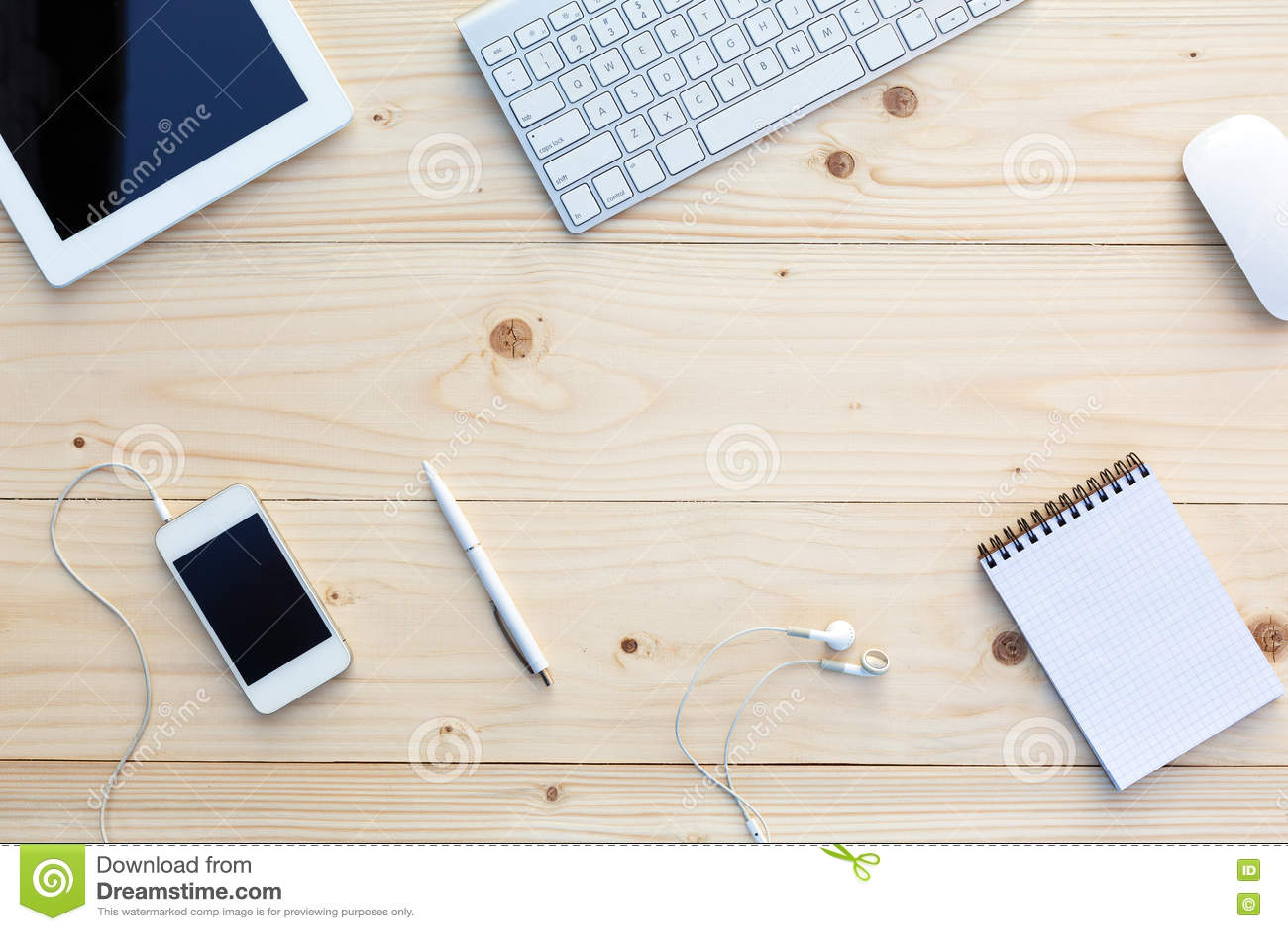Lekki drewniany tło i nowożytne Biznesowe rzeczy na biurku
