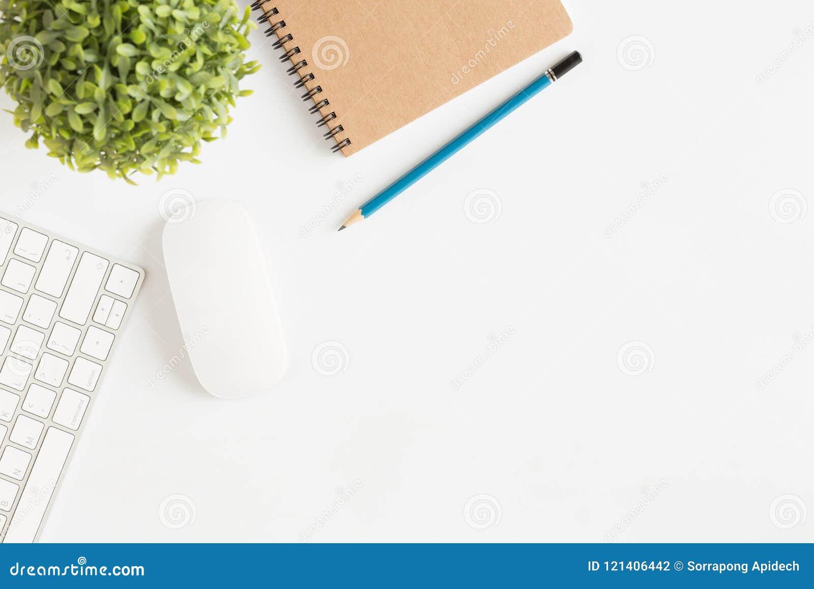 Lekmanna- foto för lägenhet av kontorsskrivbordet med den vita snuten för mus och för tangentbord