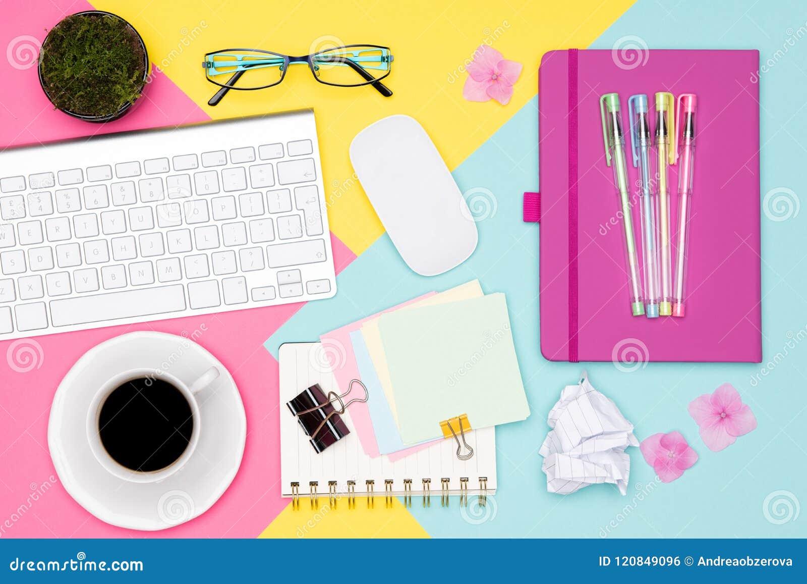 Lekmanna- lägenhet för utrymme för arbete för kontorsskrivbord Foto för bästa sikt av workspace med den tangentbord-, notepad- oc