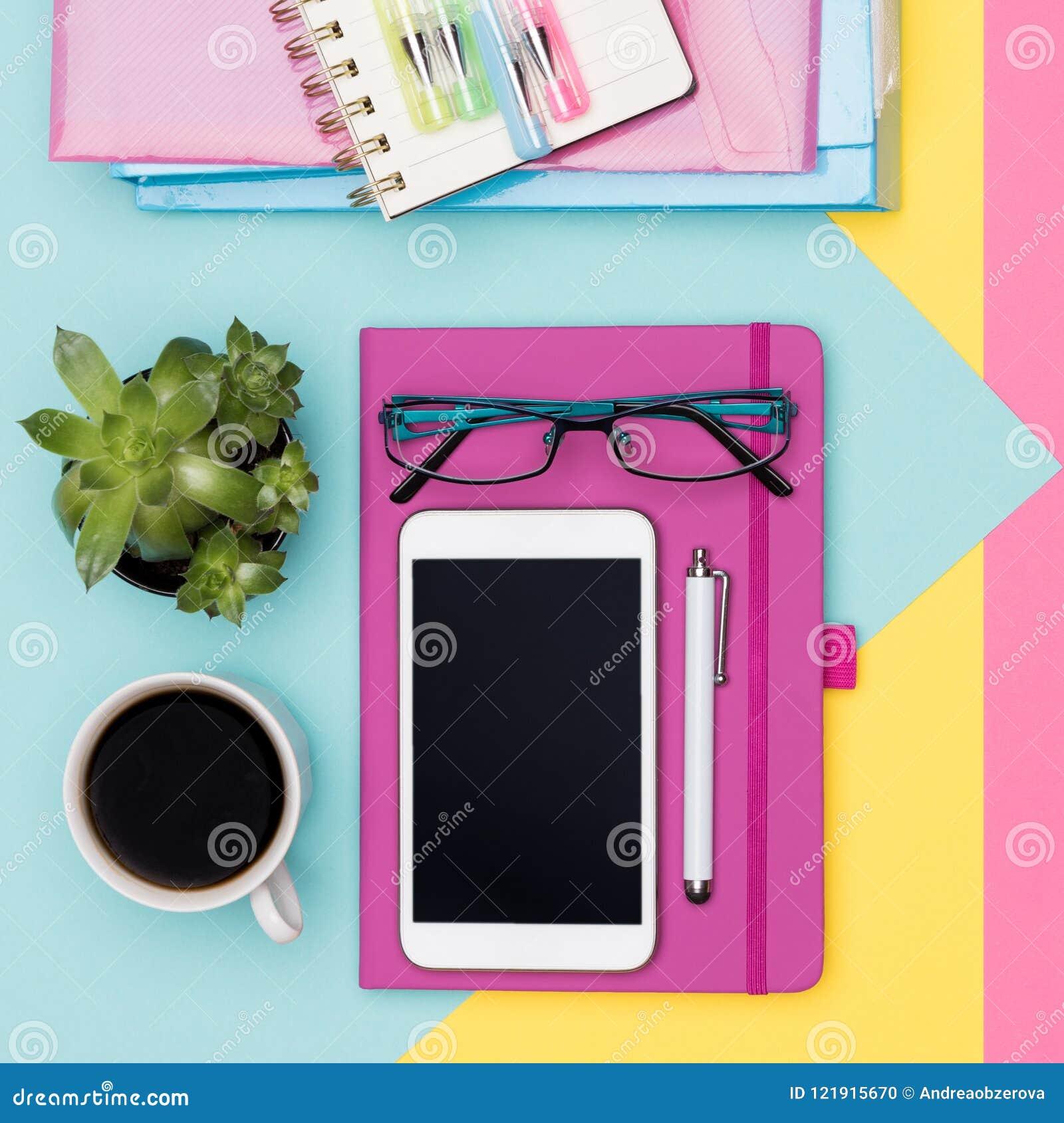 Lekmanna- lägenhet för utrymme för arbete för kontorsskrivbord Foto för bästa sikt av workspace med smartphone-, kaffe-, notepad-