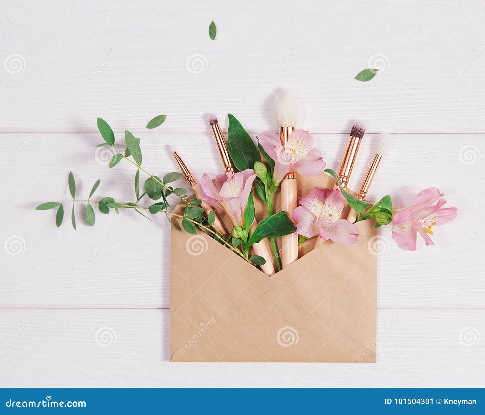 Lekmanna- sammansättning för dekorativ lägenhet med makeupprodukter, det kraft kuvertet och blommor Lekmanna- lägenhet, bästa sik