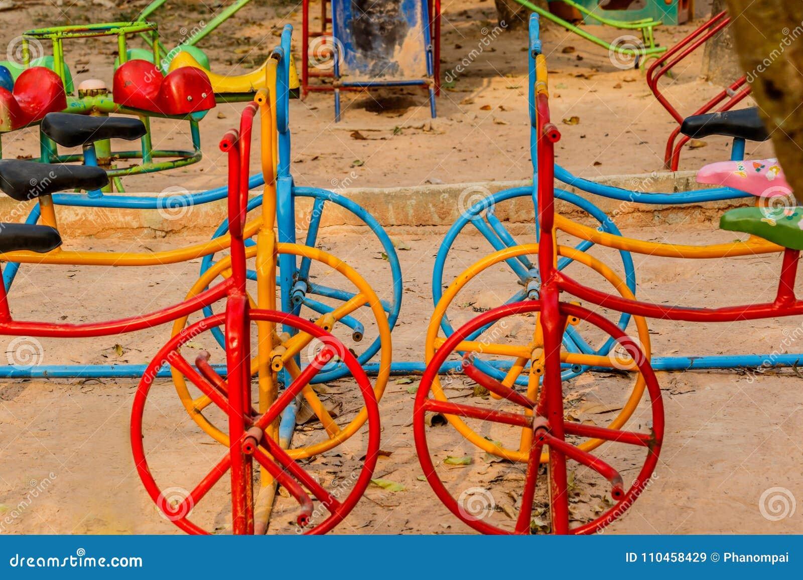 Lekplatsövning av den färgrika cykeln
