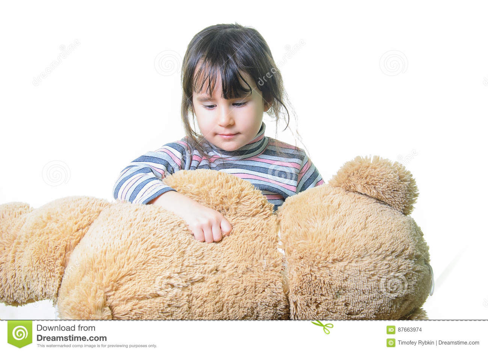Leksak- och folkbegrepp - gullig liten flicka som kramar nallebjörnen