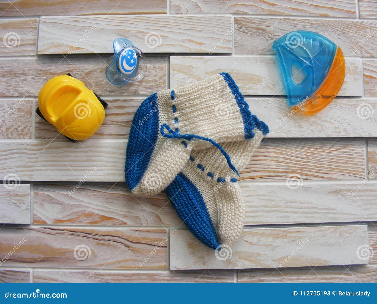 Leksaker för värld för barn` s på en träbakgrund med behandla som ett barn barnsockor för ` s