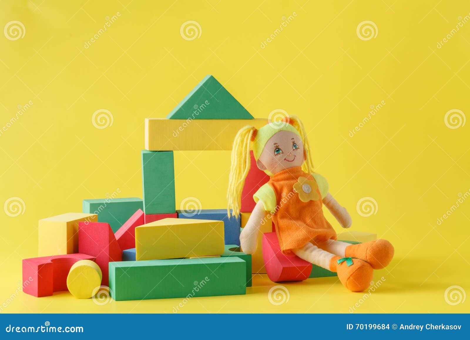 Leksakhus och docka med kvarter