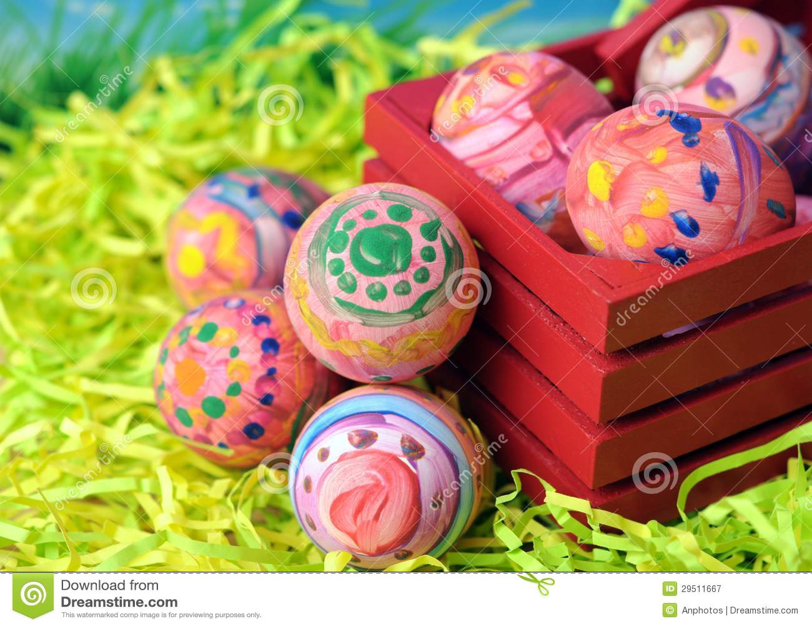 Lelijk schilderen (kijk) op echte eieren voor de dag van Pasen