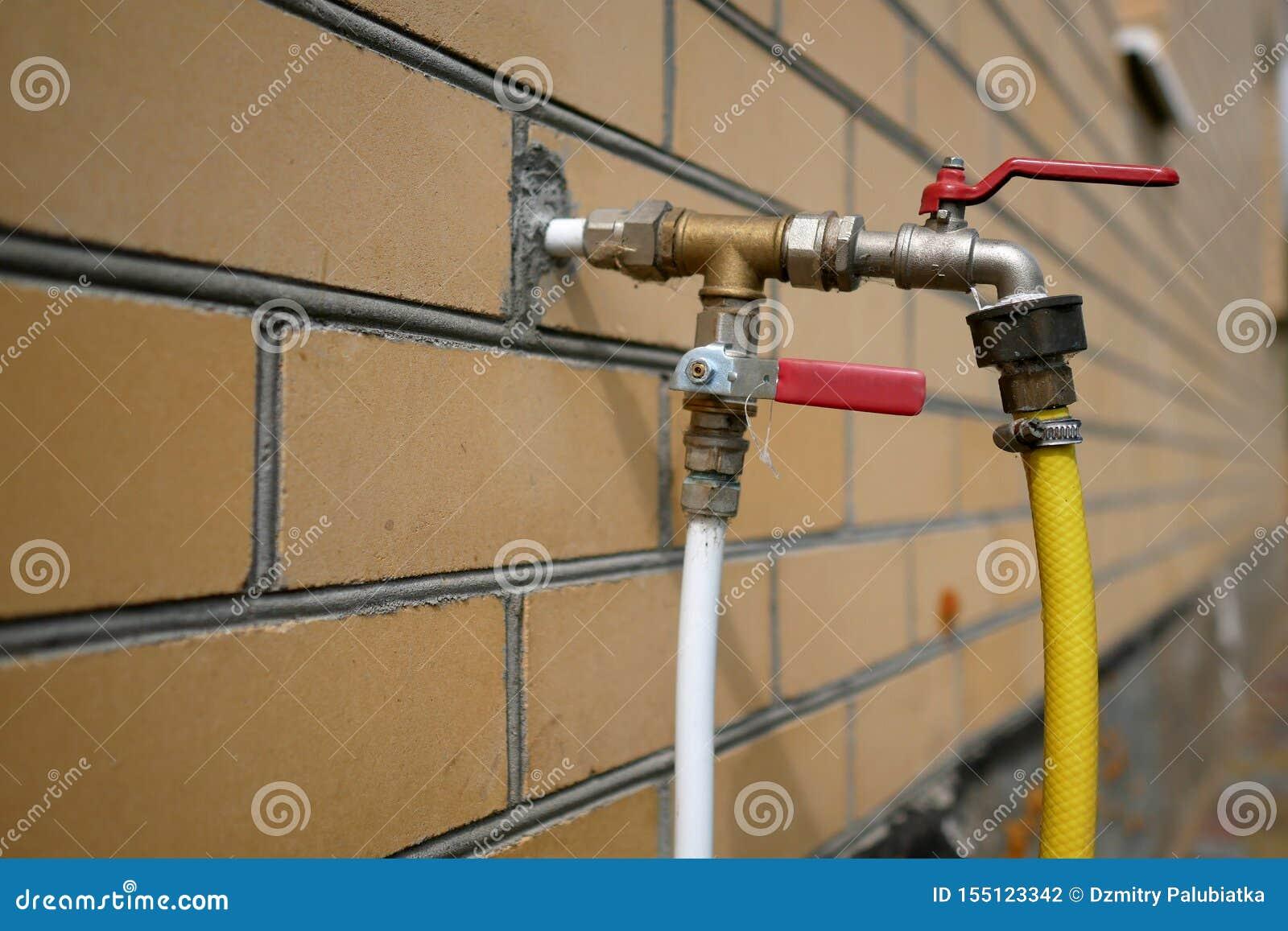Lelijke installatie van waterpijpenclose-up