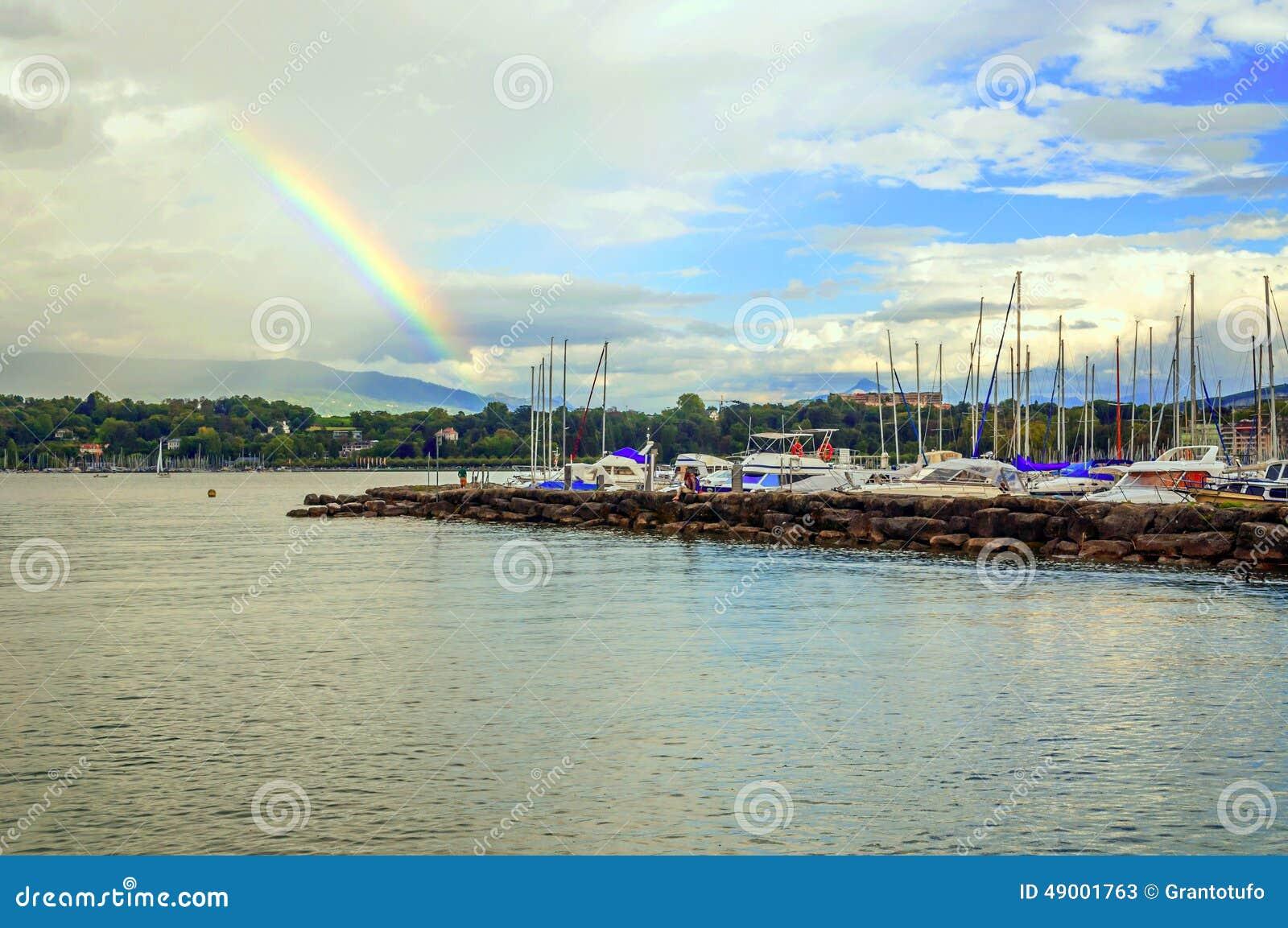 由湖leman,外部日内瓦的游船在瑞士在一多云天.