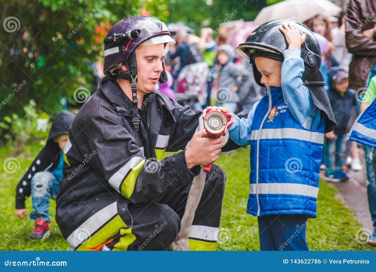 LEMBERG, UKRAINE - Juli 17,2018: Familien mit den Kindern, die durch Park gehen Berufskindertag