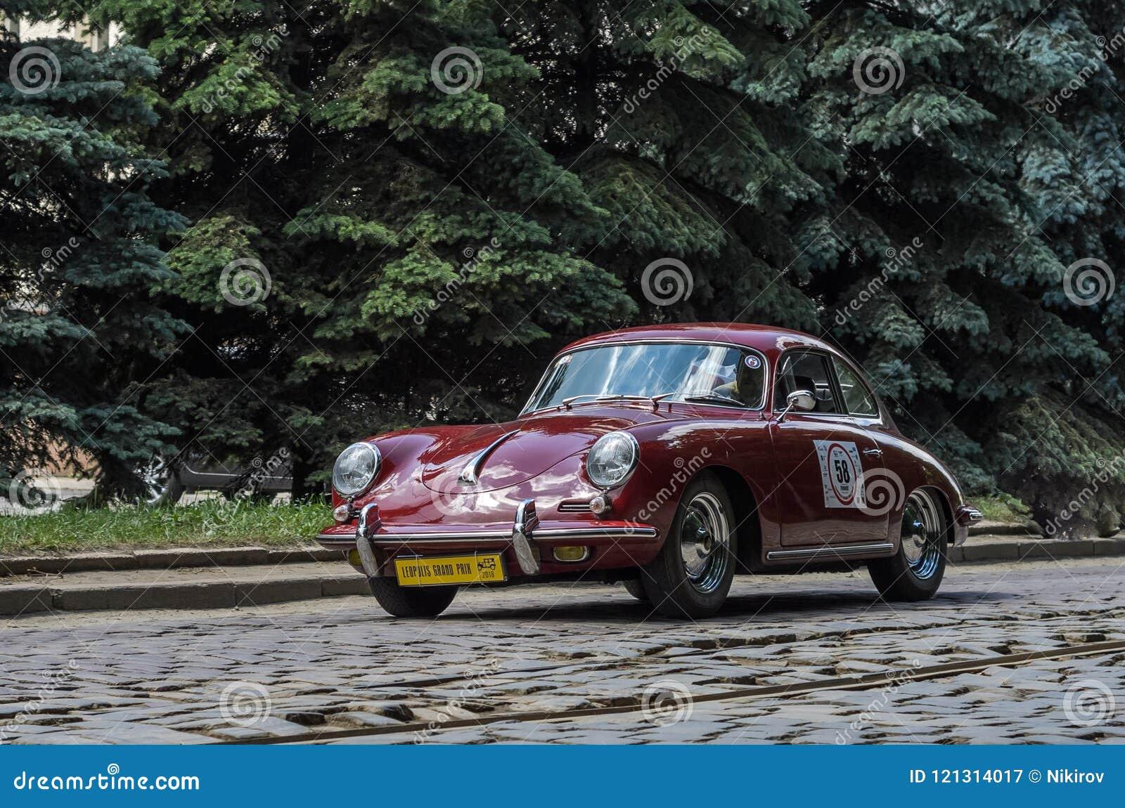 LEMBERG, UKRAINE - JUNI 2018: Retro- Auto Porsche der alten Weinlese reitet durch die Straßen der Stadt