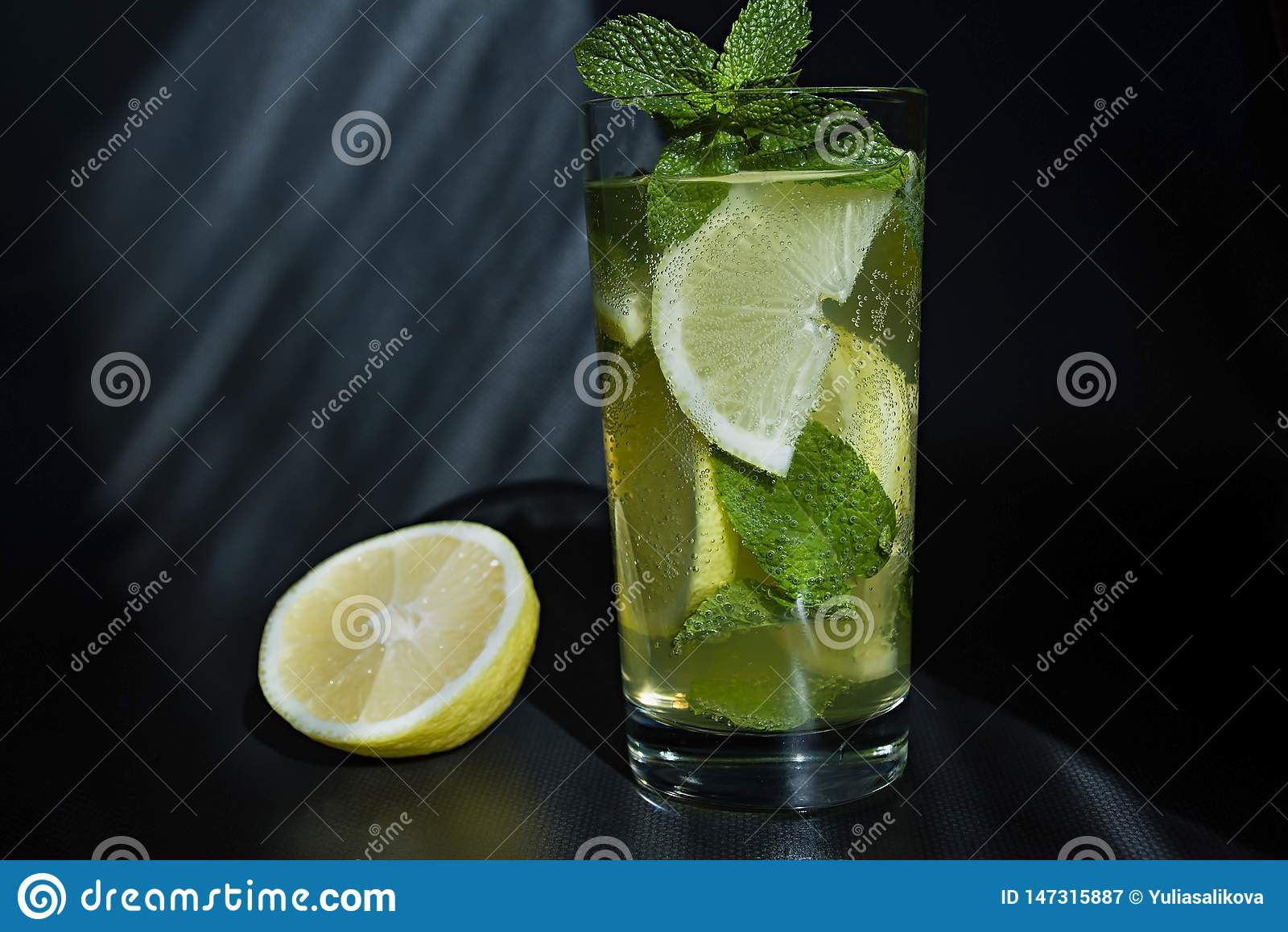 Lemonad eller mojitococtail med citronen och mintkaramell, kall uppfriskande drink eller dryck med is
