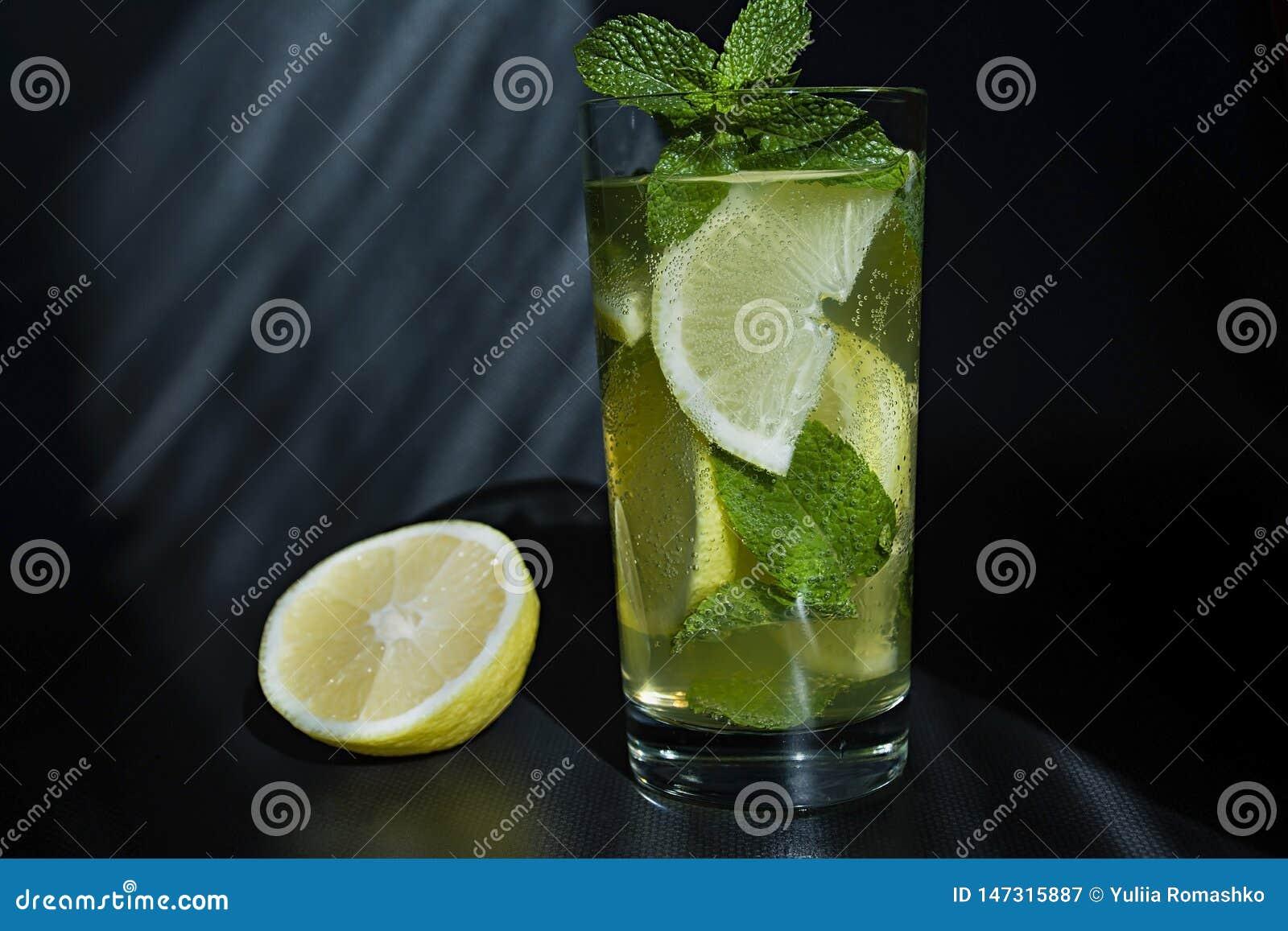 Lemoniada lub mojito koktajl z cytryn?, mennica, zimny od?wie?enie nap?j i nap?j z lodem,