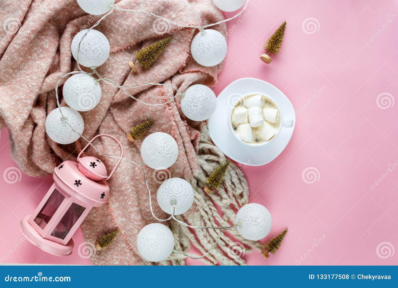 Lenço morno, acolhedor do inverno, lightbox na cor pastel e xícara de café com fundo do rosa do marshmallow Natal, conceito do an