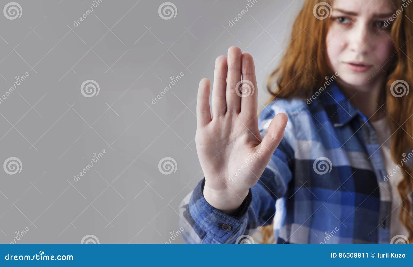 Lenguaje corporal del gesto de la muestra de la mano de la parada de la demostración de la muchacha, gestos, picosegundo