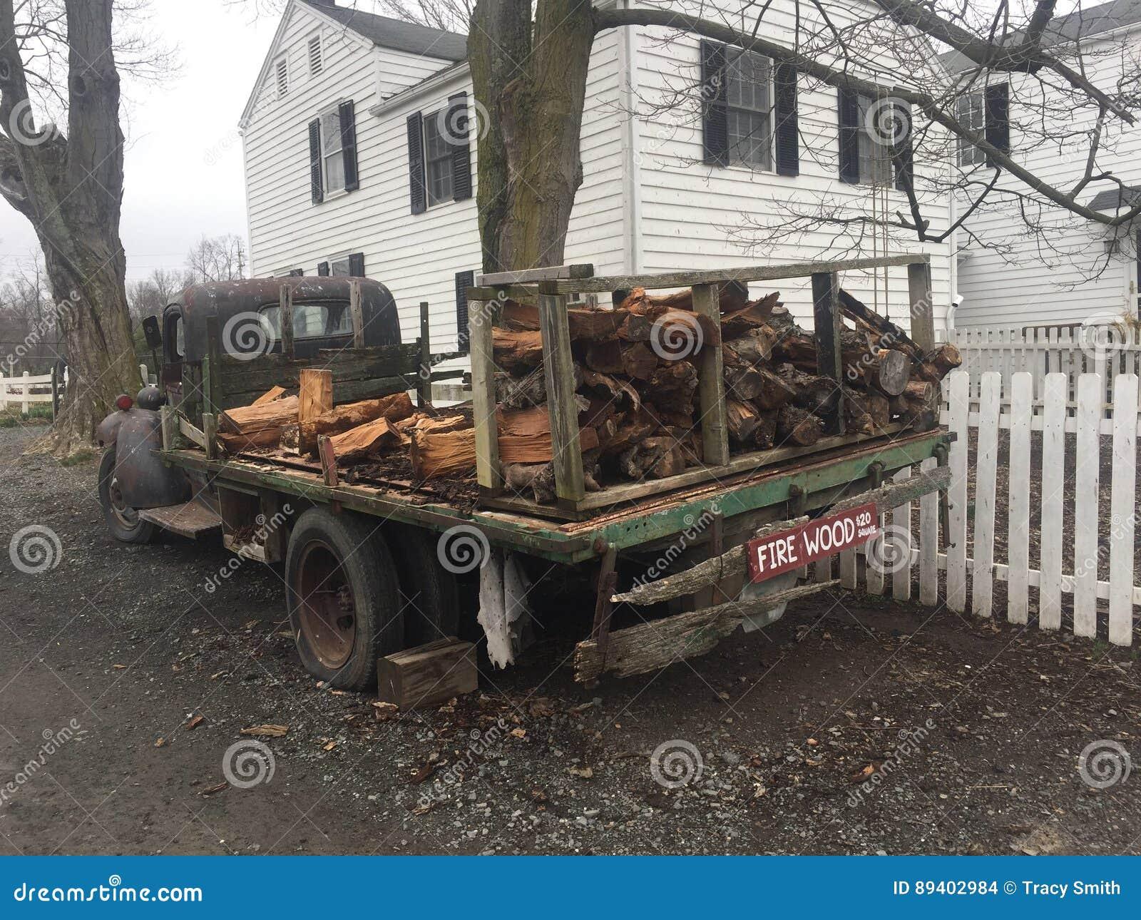 Lenha da casa da quinta do caminhão do vintage da exploração agrícola
