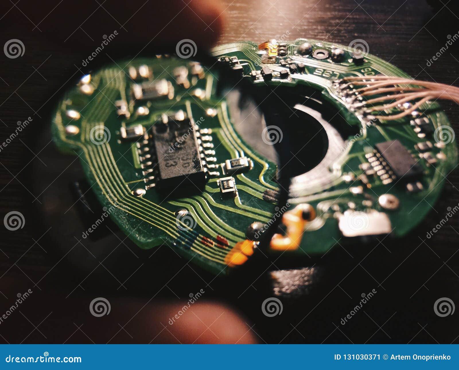 Lens inom makro av den tillbaka sidan av ett strömkretsbräde