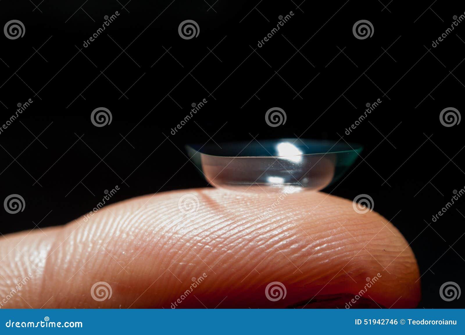 Lense de contact sur le doigt