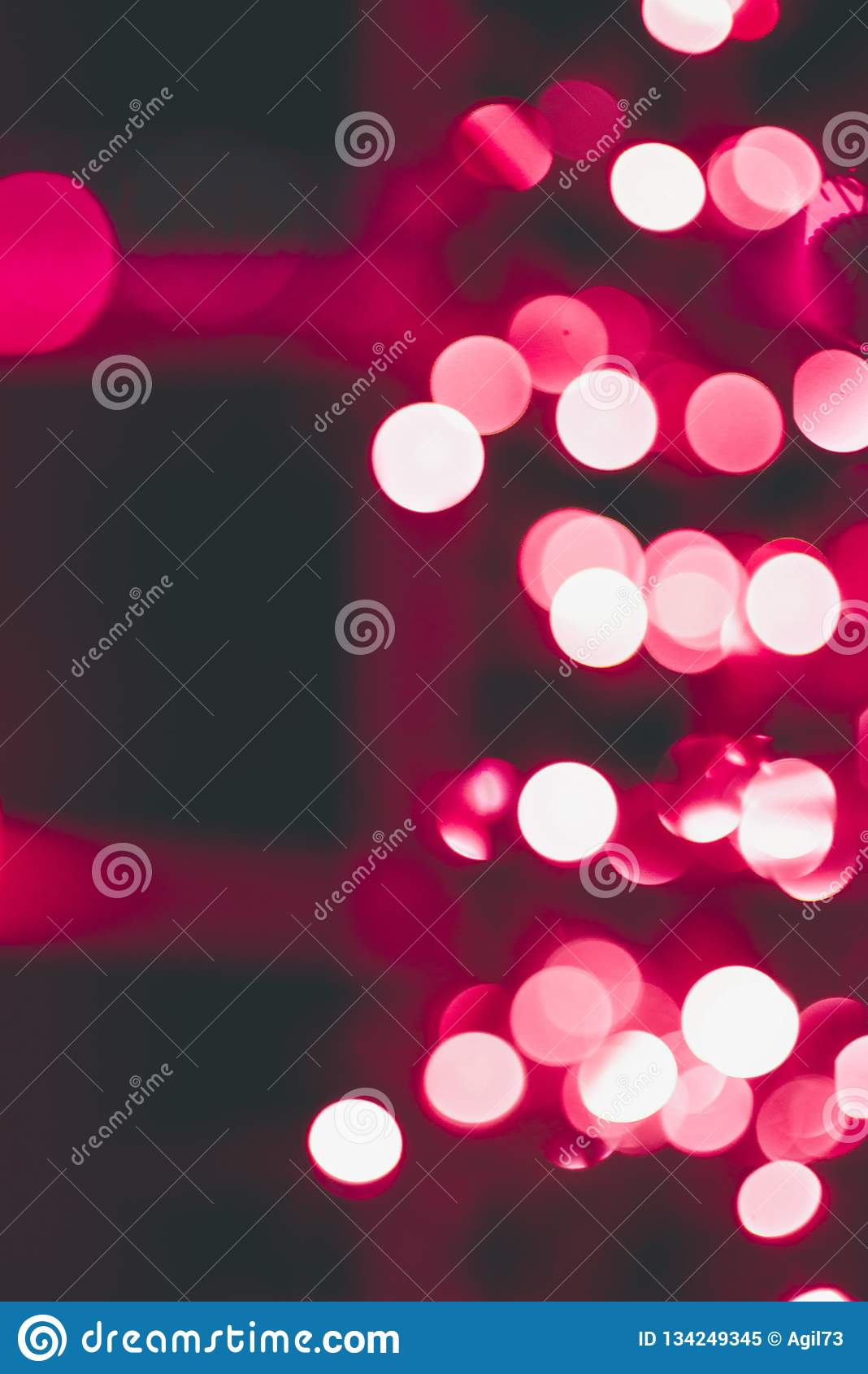 Lente Bokeh delle luci di Natale su un albero rosso