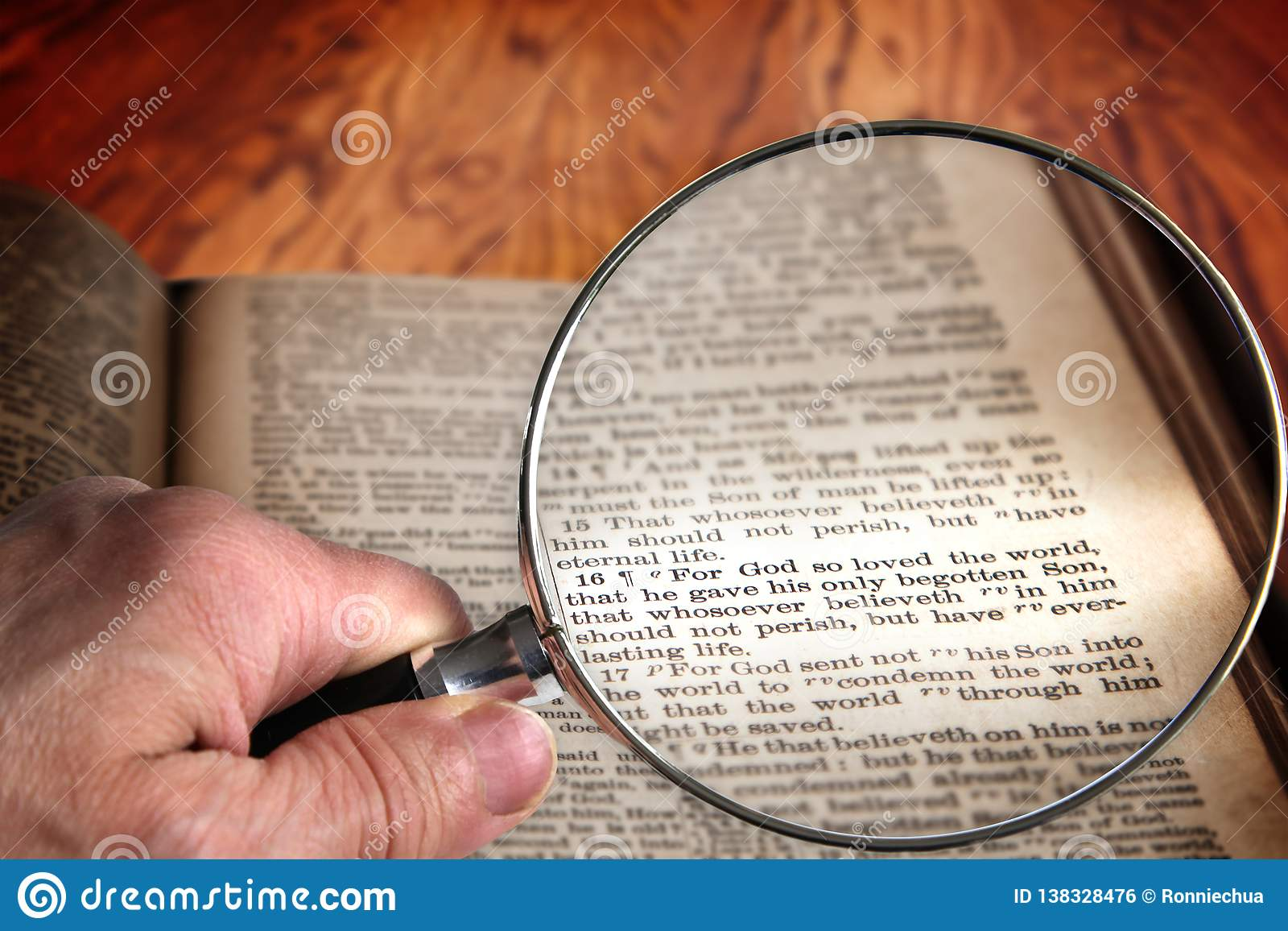 Lente d ingrandimento sul 3:16 famoso di John di verso della bibbia