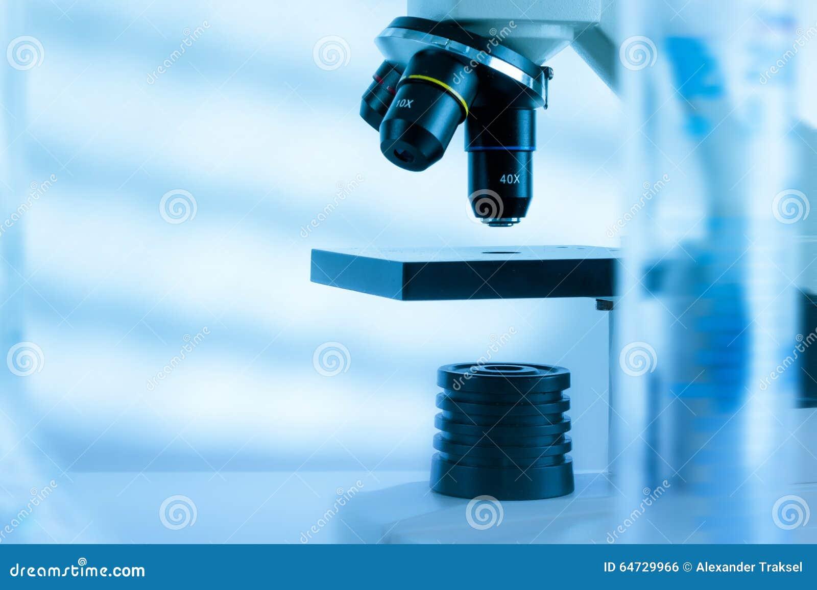 Lente del microscopio del laboratorio Microscopi moderni in un laboratorio