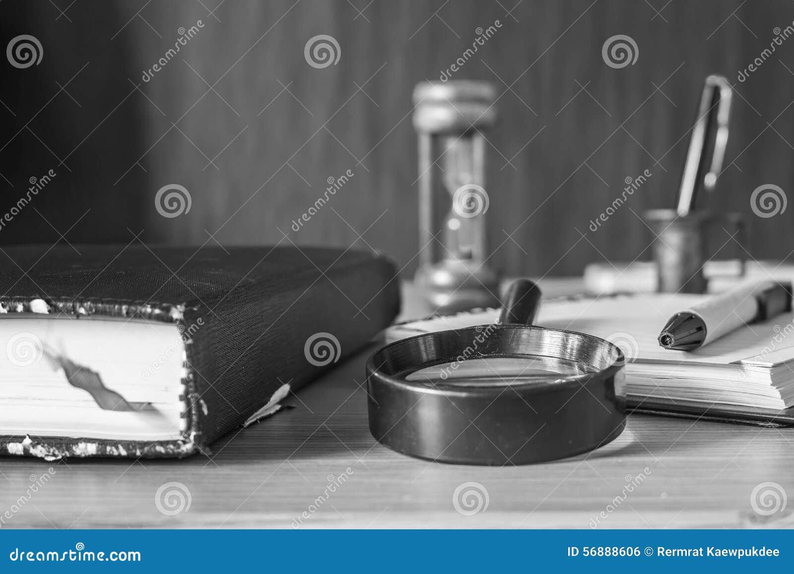 Lente e cancelleria sulla tavola