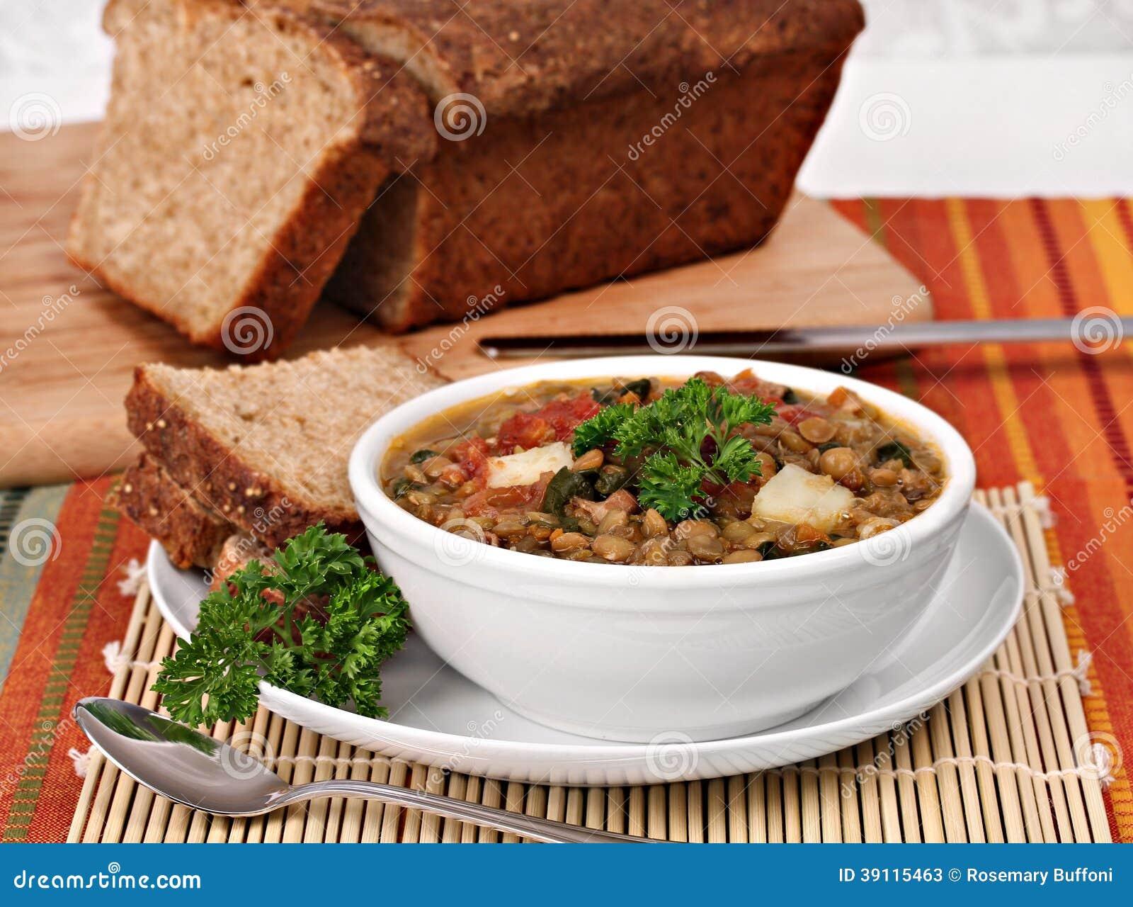 Lentilha saudável, sopa dos espinafres com pão do Quinoa.
