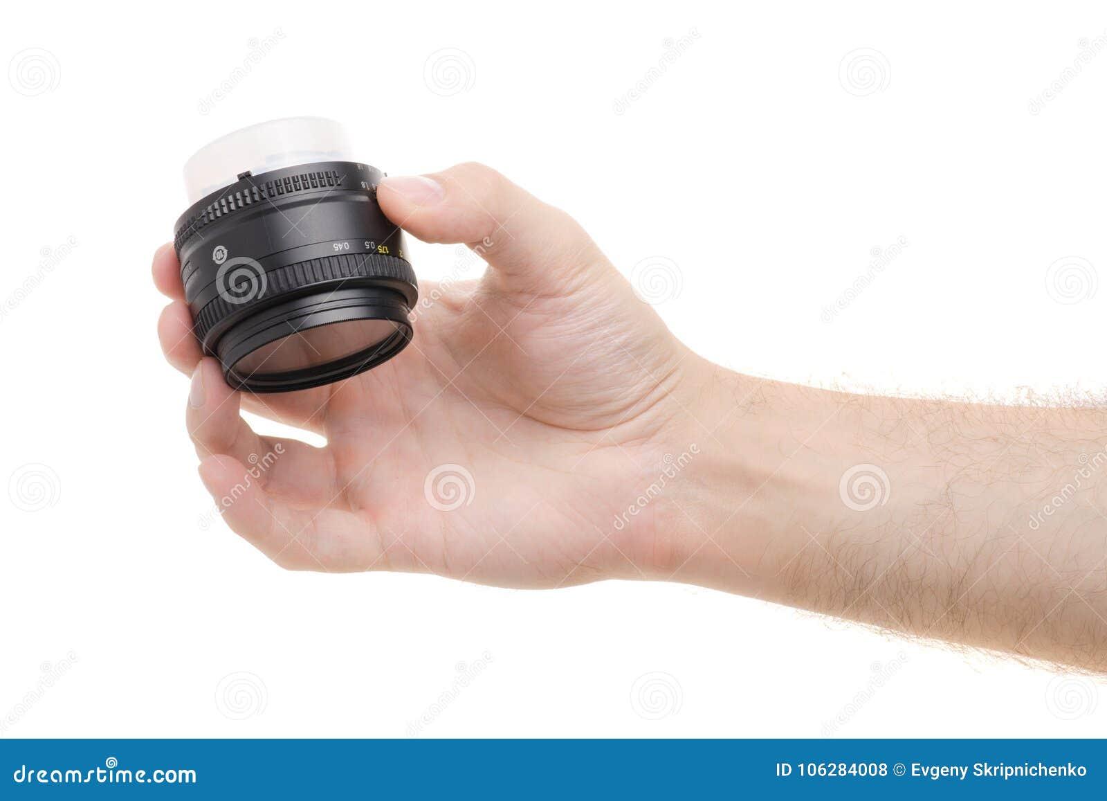 Lentille sur un appareil-photo dans une main masculine