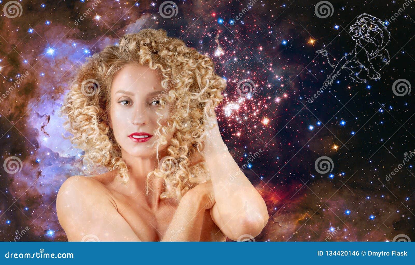 Leo Zodiac Sign Astrologie et horoscope, belle femme Lion sur le fond de galaxie