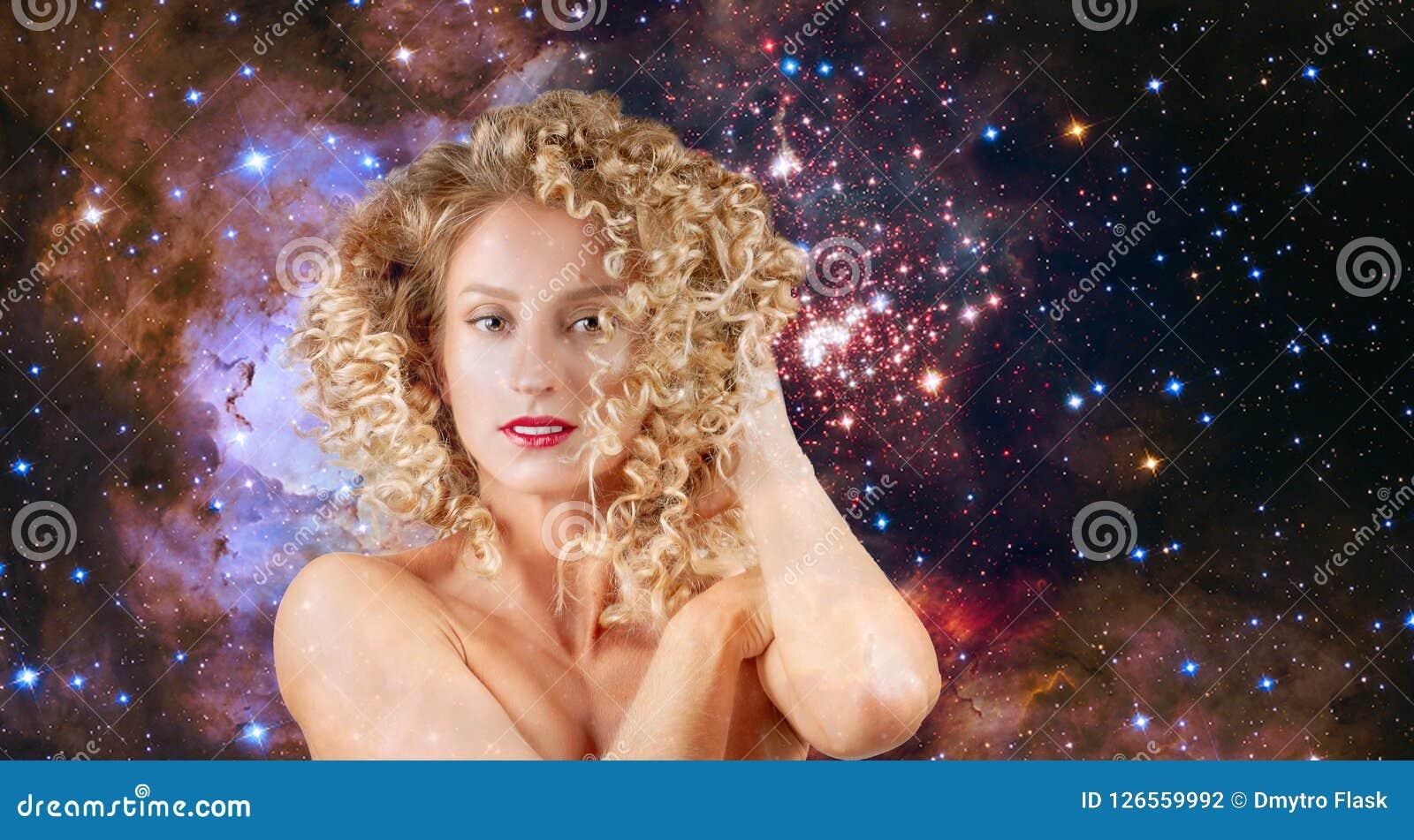 Leo Zodiac Sign sul fondo del cielo notturno Donna con capelli ondulati