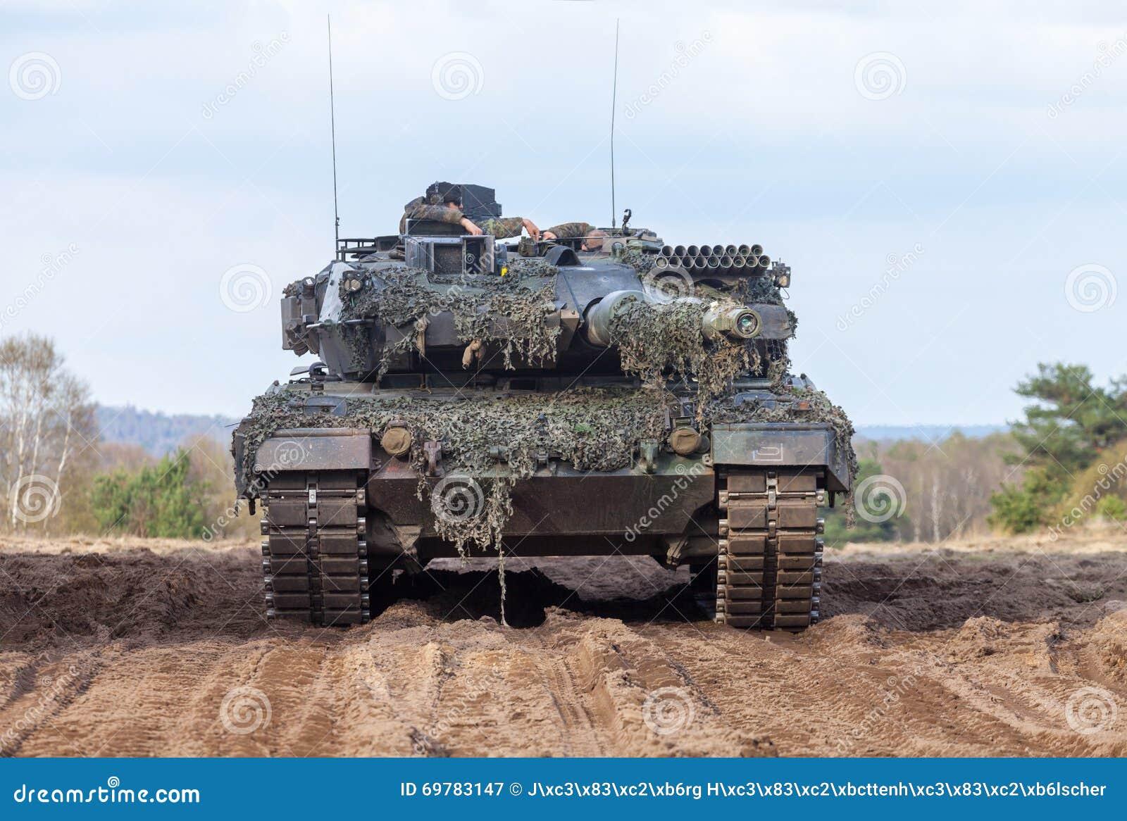 Leopardo alemão 2 do tanque de guerra 6 suportes na terra de treino militar alemão